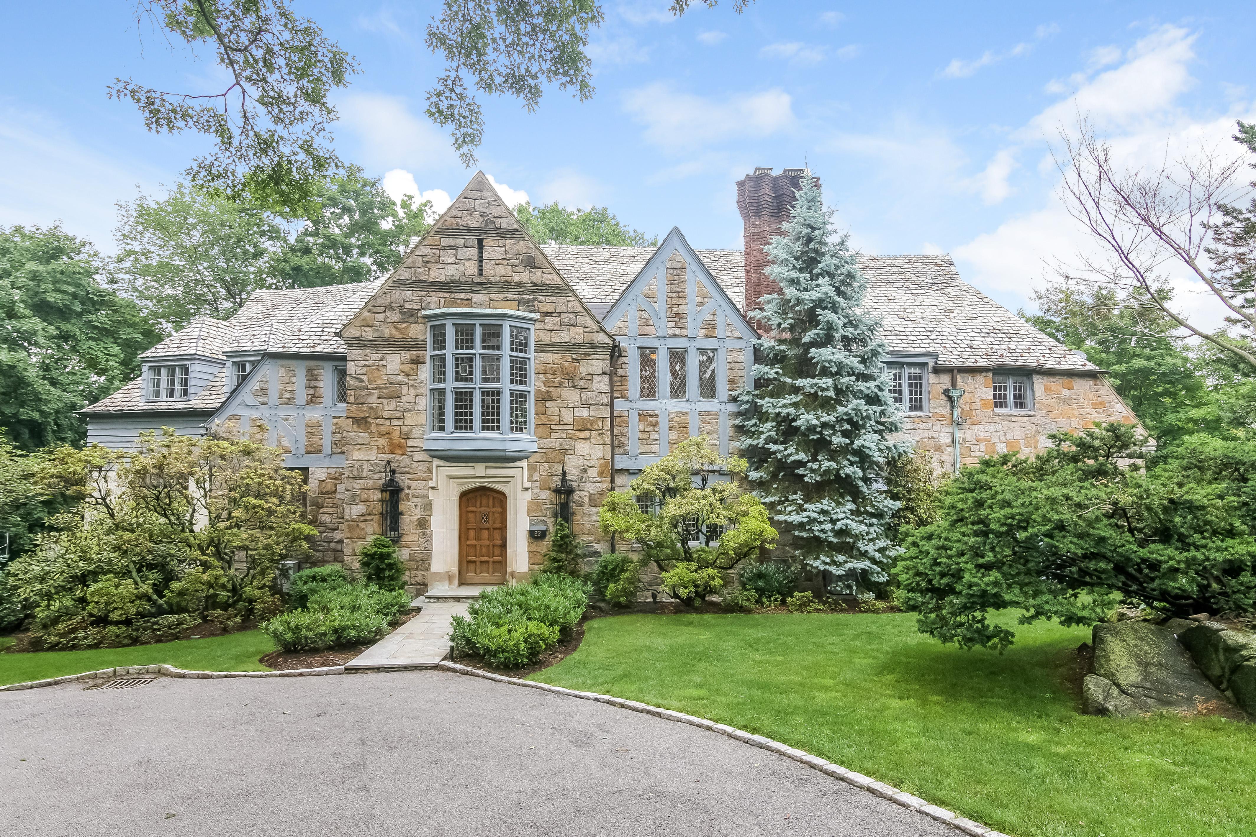 Casa para uma família para Venda às Stylish and Sophisticated Tudor 22 Althea Lane Larchmont, Nova York 10538 Estados Unidos