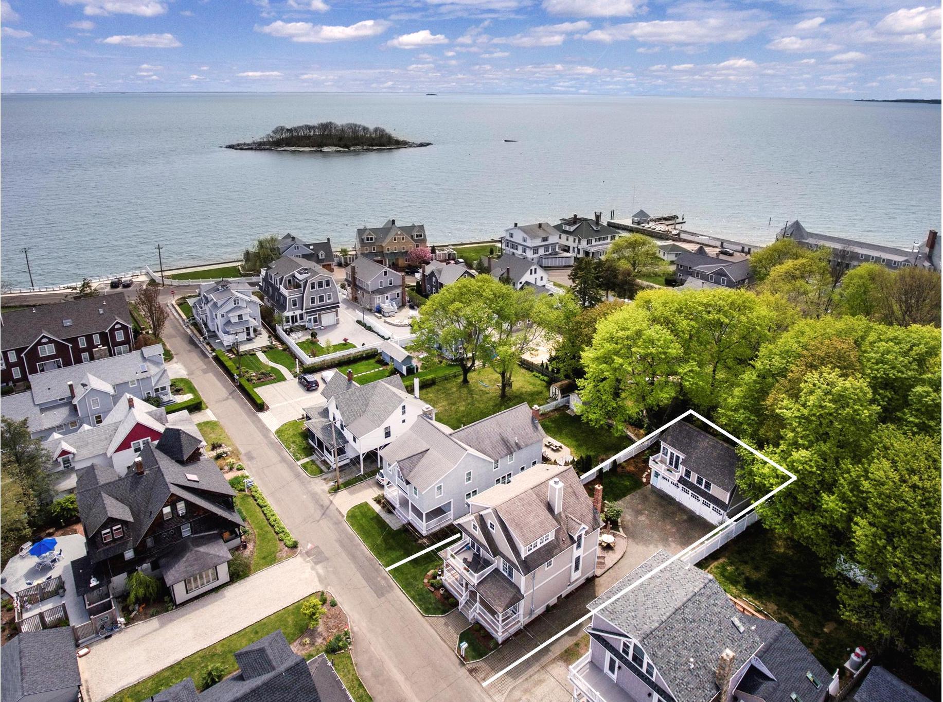 Maison unifamiliale pour l Vente à Just steps to Long Island Sound with beautiful water views! 15 Tuxis Rd Madison, Connecticut, 06443 États-Unis