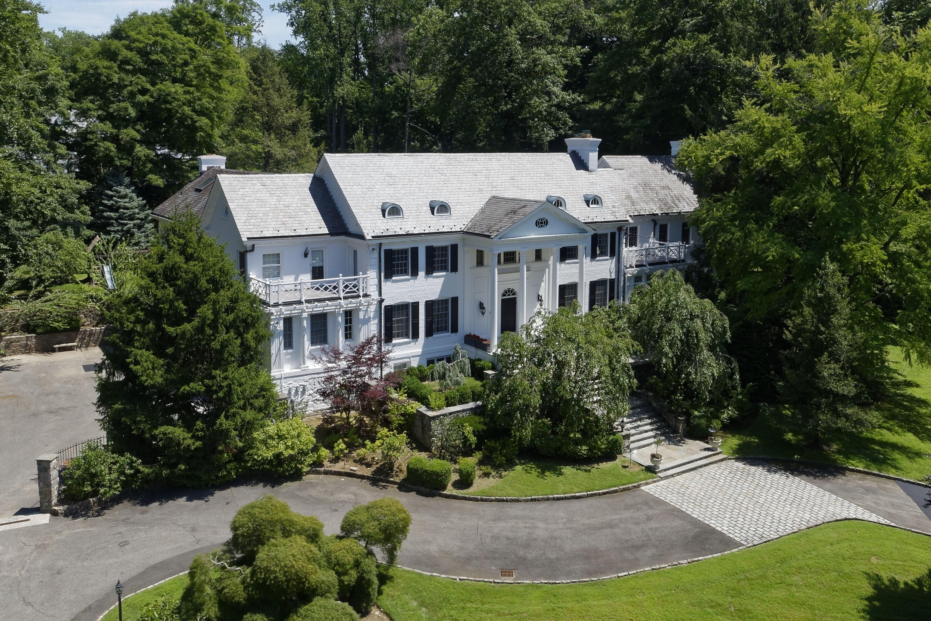 Einfamilienhaus für Verkauf beim Premier Estate in Heathcote 17 Heathcote Road Scarsdale, New York 10583 Vereinigte Staaten