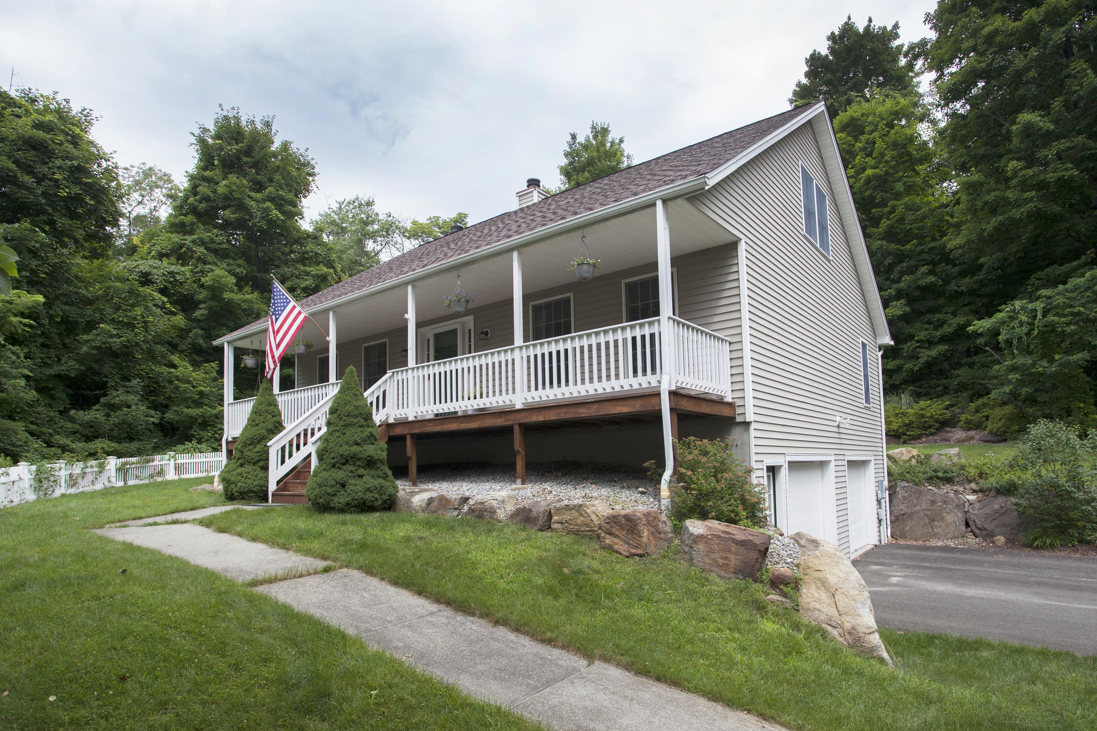 Casa para uma família para Venda às Cape Cod With Classic Front Porch 49 Ball Pond Road Danbury, Connecticut 06811 Estados Unidos