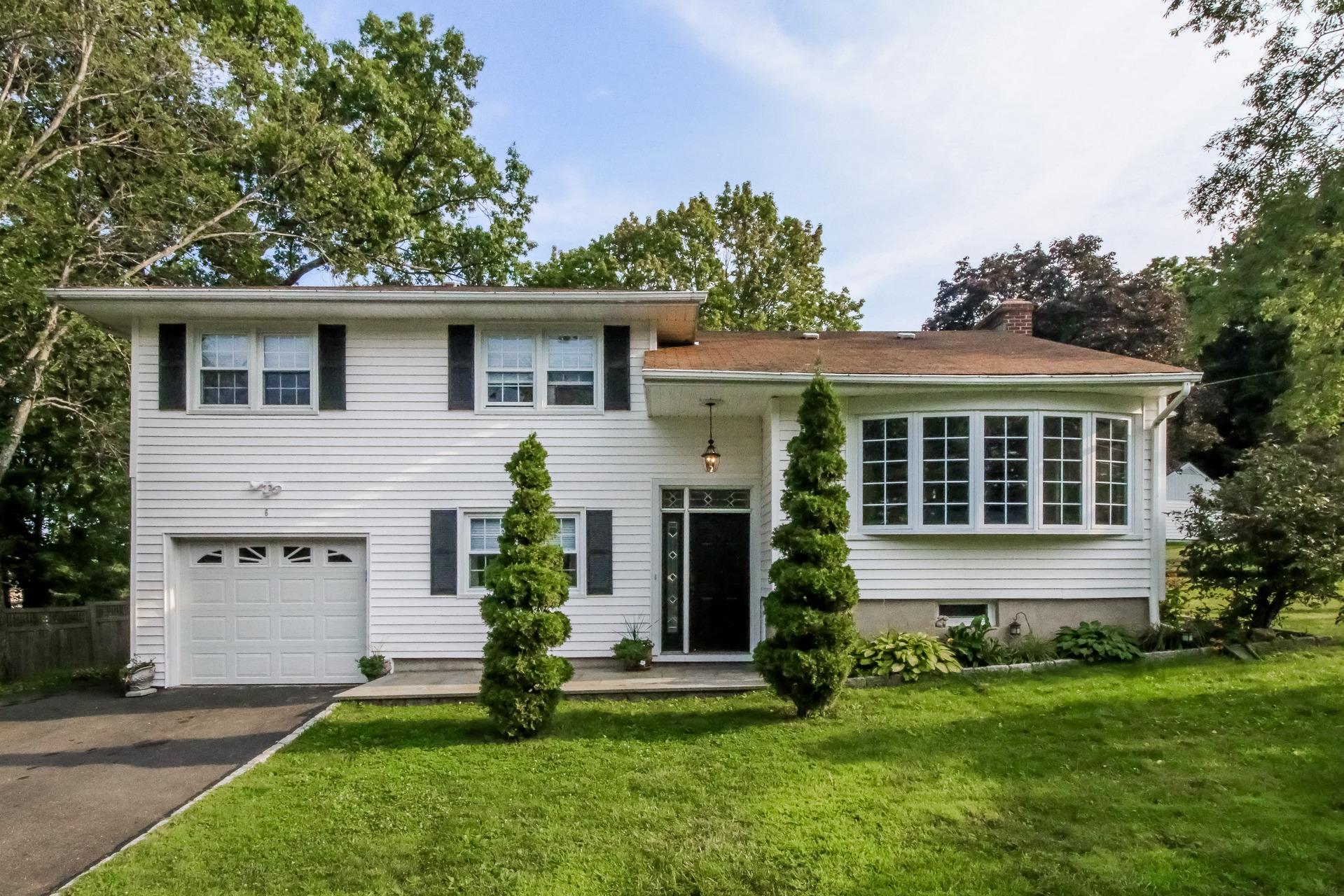Casa para uma família para Venda às Search No Further 6 Ezra Road Danbury, Connecticut 06811 Estados Unidos