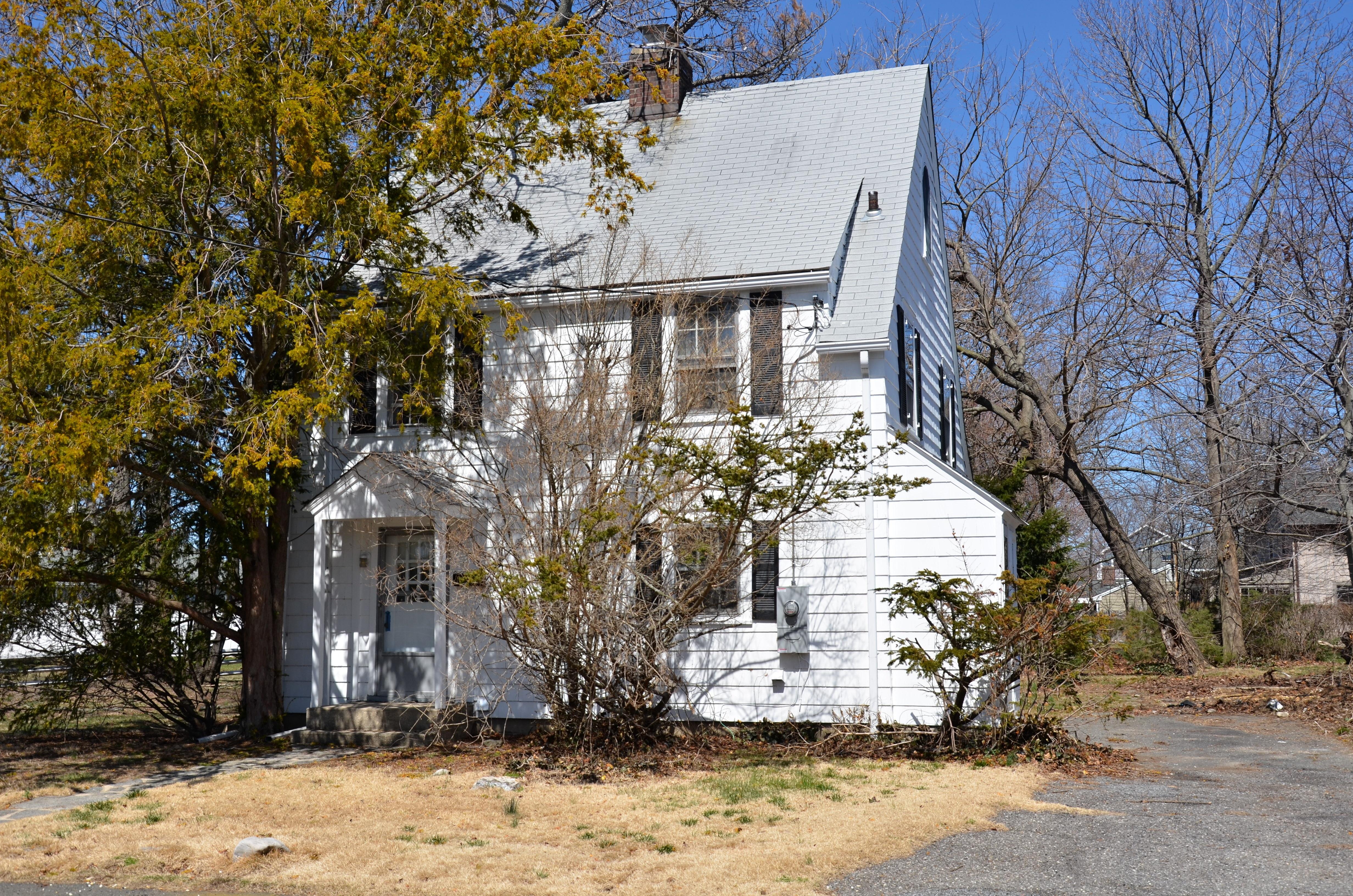 Частный односемейный дом для того Продажа на Located in East Norwalk Waterfront Area 6 Blackstone Drive Norwalk, Коннектикут 06855 Соединенные Штаты