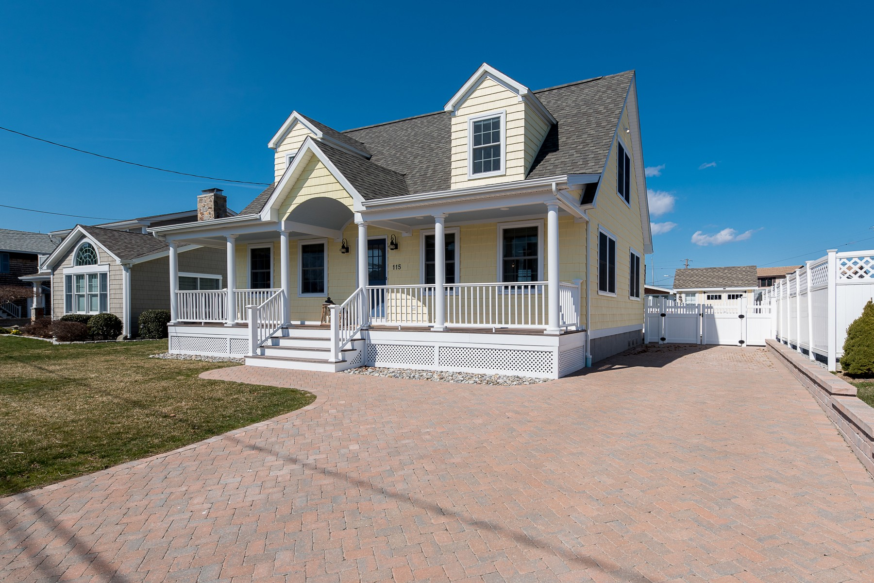 Maison unifamiliale pour l Vente à Turn-key Custom Cape Just Steps to Private Beach 115 Captains Drive Westbrook, Connecticut, 06498 États-Unis