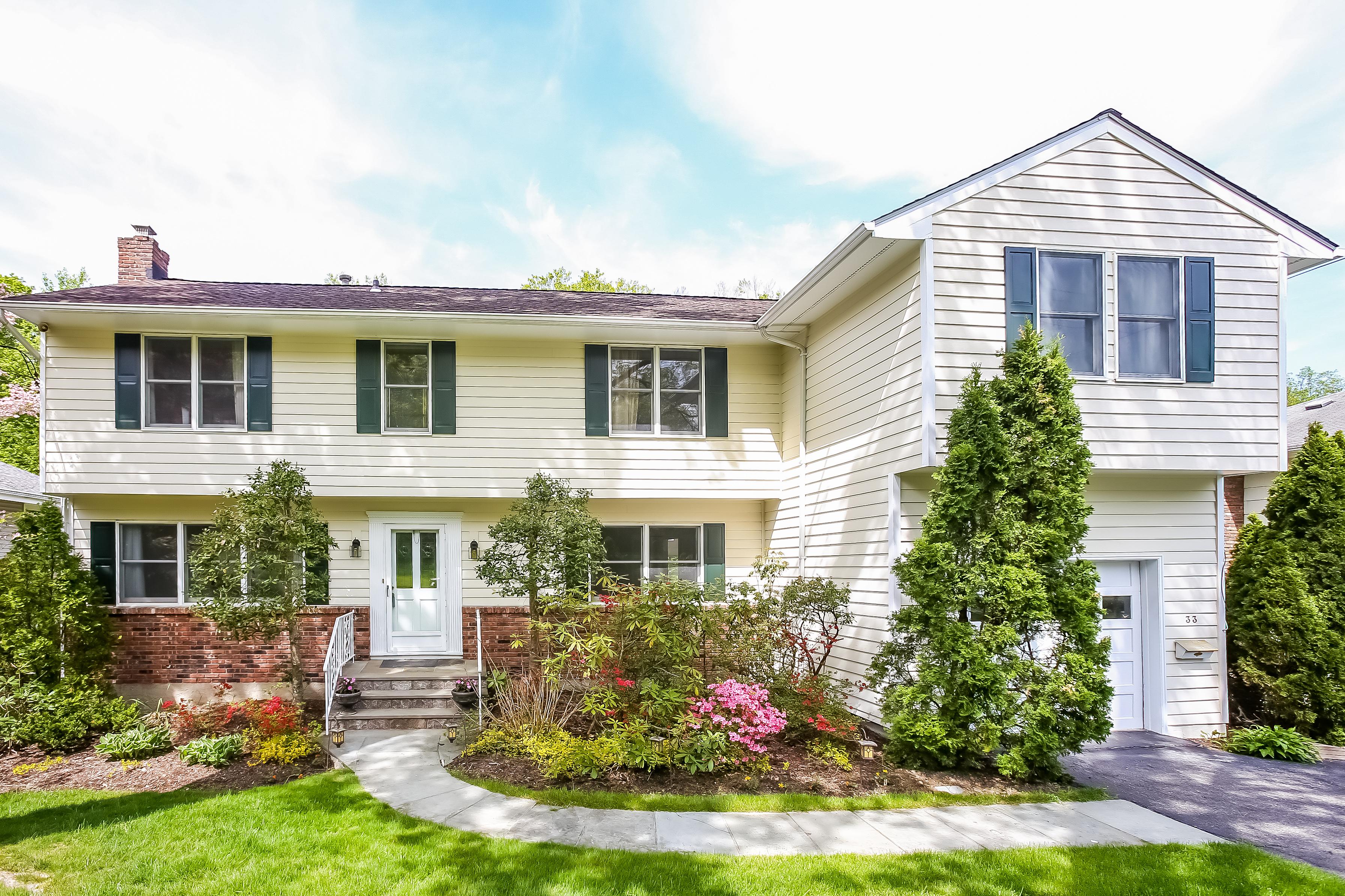 Einfamilienhaus für Verkauf beim Scarsdale Colonial 33 Black Birch Lane Scarsdale, New York, 10583 Vereinigte Staaten