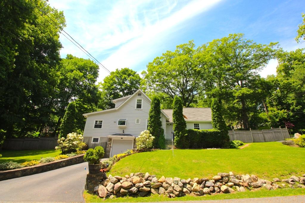 Vivienda unifamiliar por un Venta en Charming Cape Cod Home 23 Daisy Drive Lincolndale, Nueva York 10540 Estados Unidos