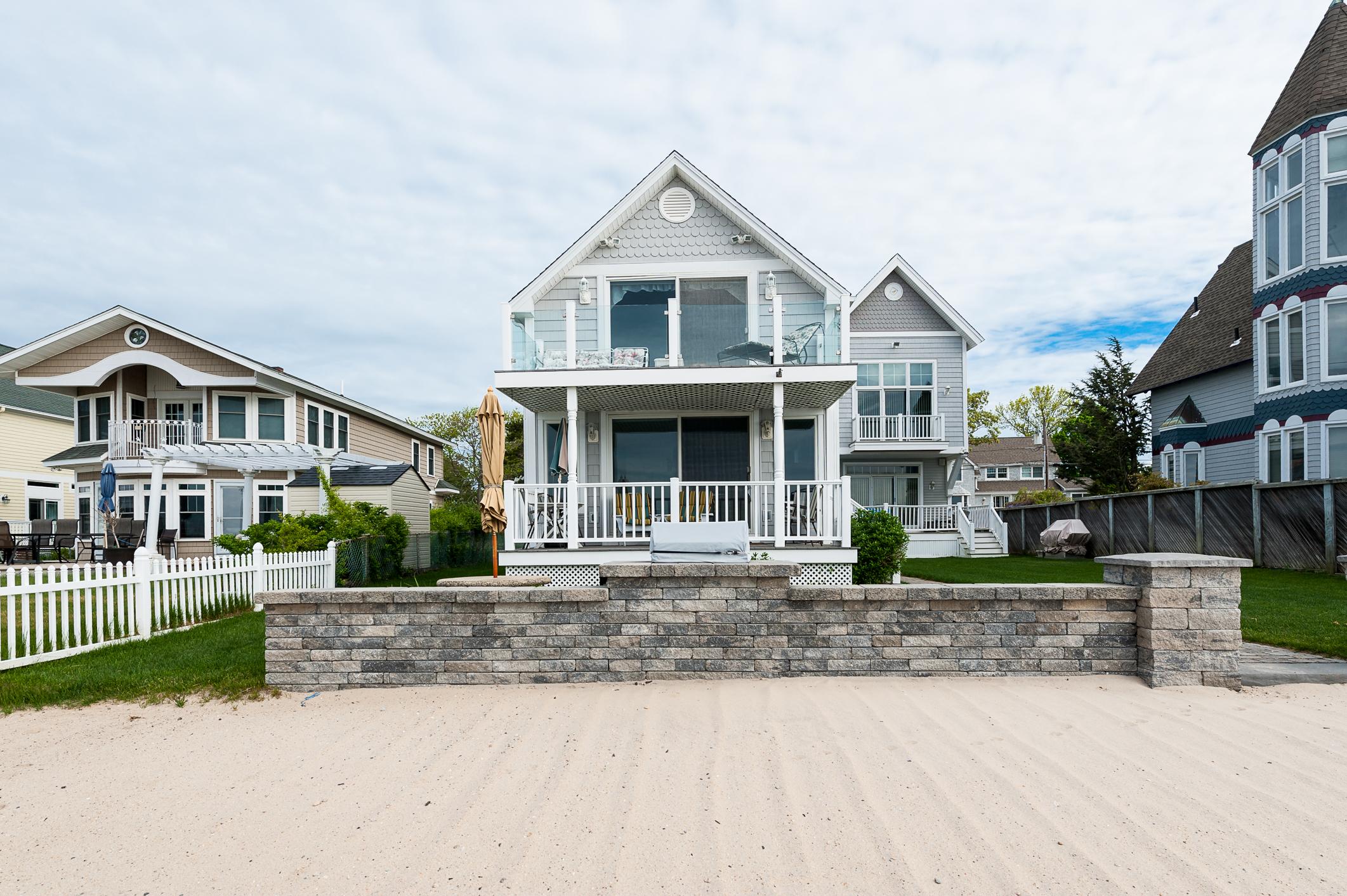 Nhà ở một gia đình vì Bán tại Direct Waterfront Year Round House 161 Shore Road Clinton, Connecticut 06413 Hoa Kỳ