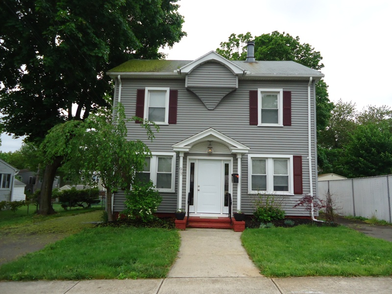 Casa Unifamiliar por un Venta en Charming Three Bedroom Colonial on a Level Lot 98 Kelsey Avenue West Haven, Connecticut 06516 Estados Unidos
