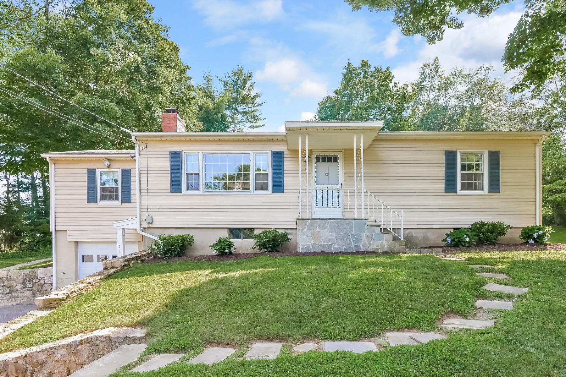 Villa per Vendita alle ore Fabulous 3 Bedroom, 2 Bath Home 111 Ramapoo Road Ridgefield, Connecticut 06877 Stati Uniti