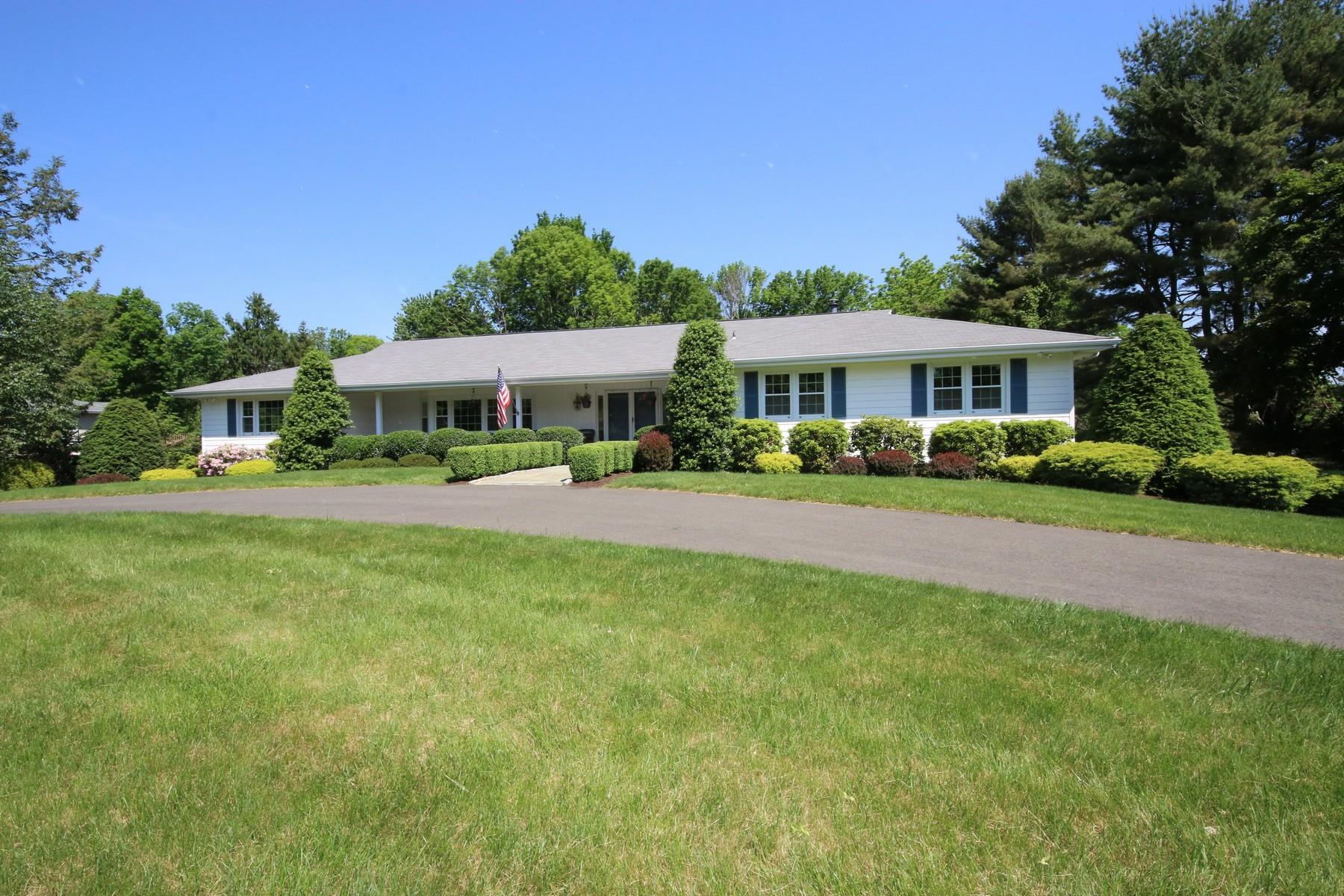 Частный односемейный дом для того Продажа на Expansive & Welcoming 141 Remington Road Ridgefield, Коннектикут, 06877 Соединенные Штаты