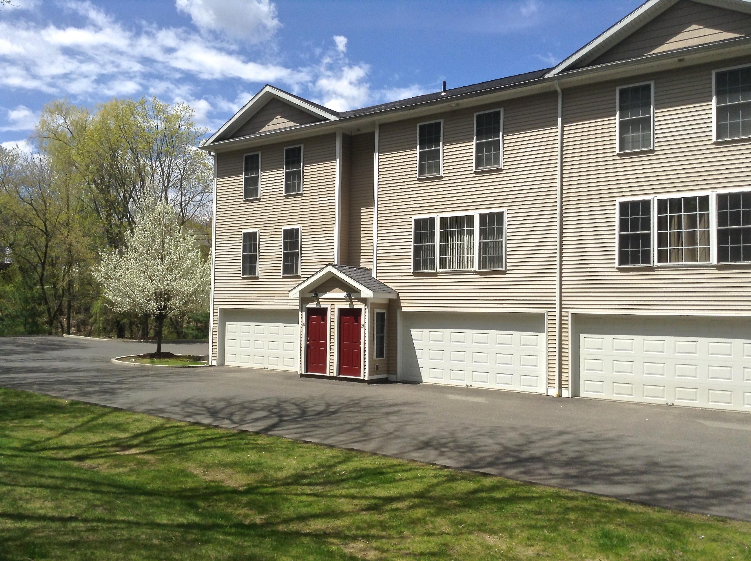 Maison de ville pour l Vente à Spacious Townhouse 32 Oil Mill Road 25 Danbury, Connecticut 06810 États-Unis