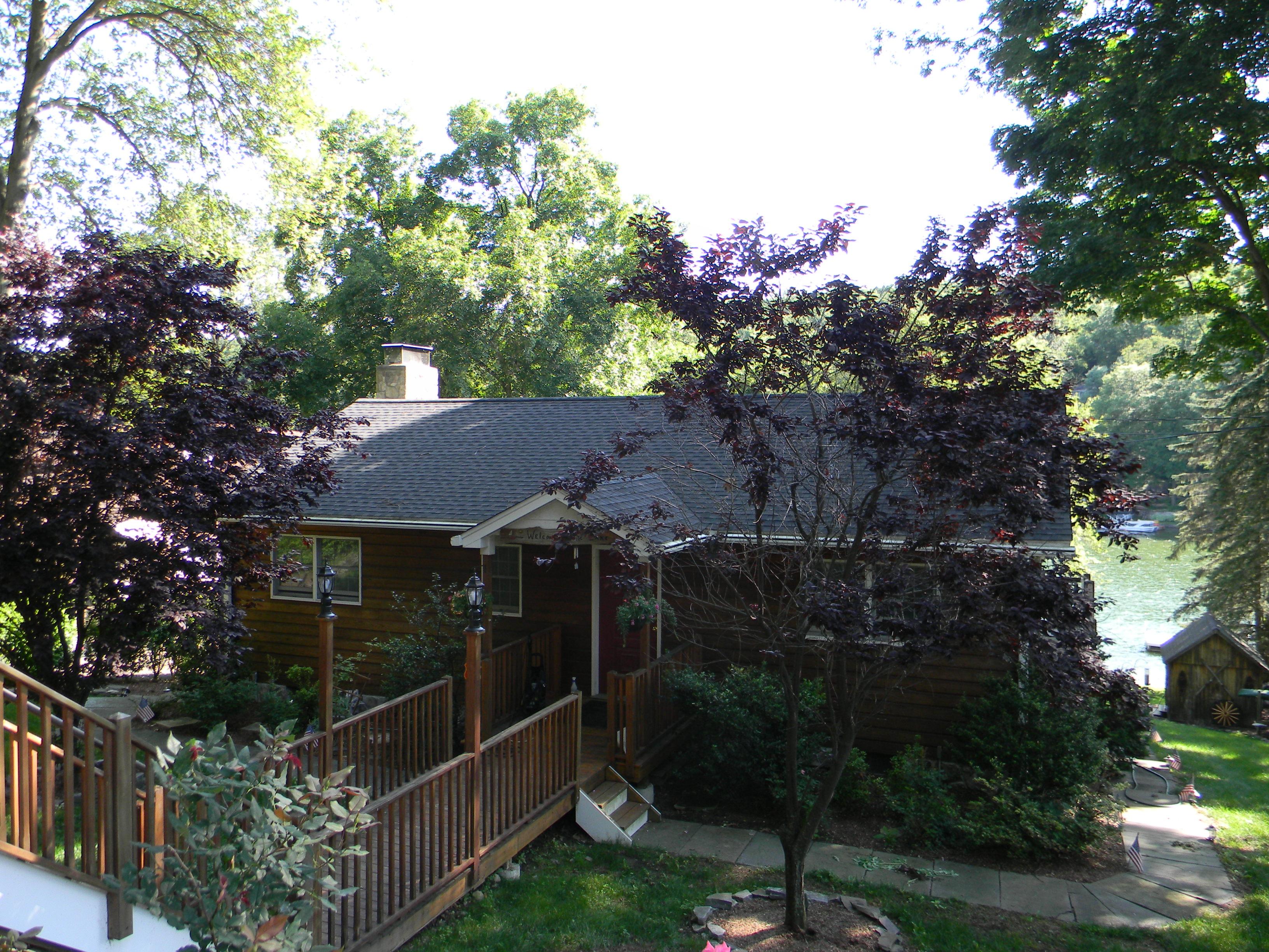 Частный односемейный дом для того Продажа на Direct Waterfront HOme 41 Cedar Drive Danbury, Коннектикут 06811 Соединенные Штаты
