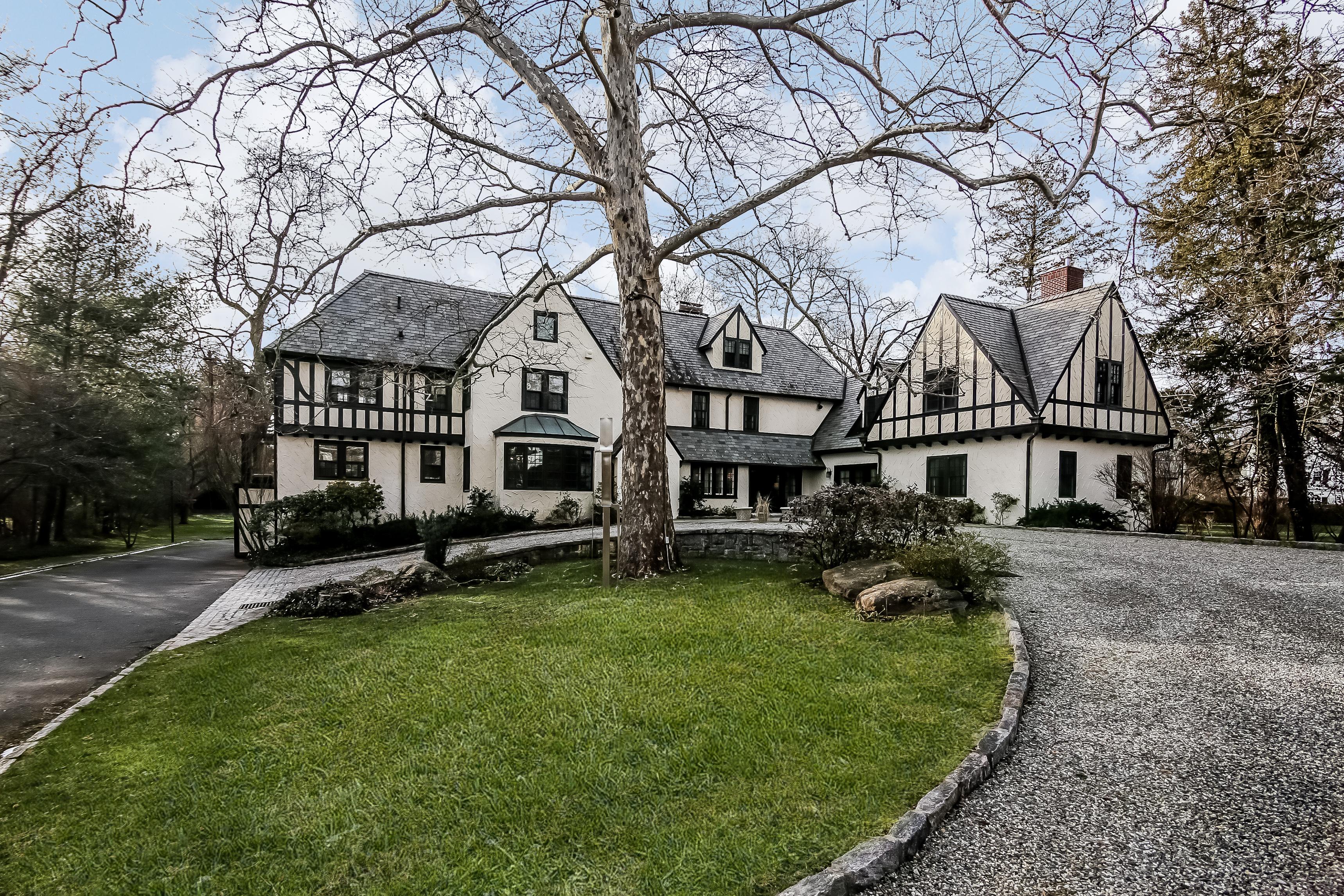 Casa para uma família para Venda às Majestic English Manor Home 72 Mamaroneck Road Scarsdale, Nova York 10583 Estados Unidos