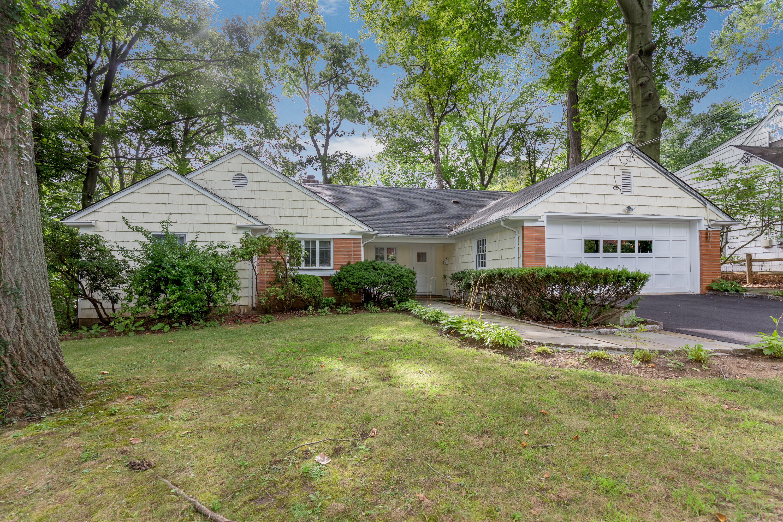 Einfamilienhaus für Verkauf beim Beech Hill Home 66 Beech Hill Road Scarsdale, New York 10583 Vereinigte Staaten