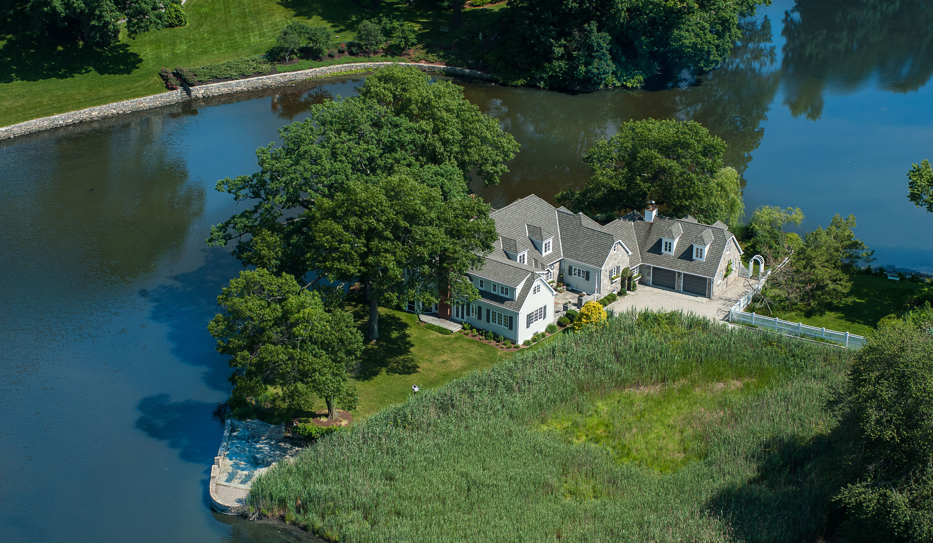 Maison unifamiliale pour l Vente à Stone & Shingle Home with Amazing Water Views 87 Goodwives River Road Darien, Connecticut 06820 États-Unis