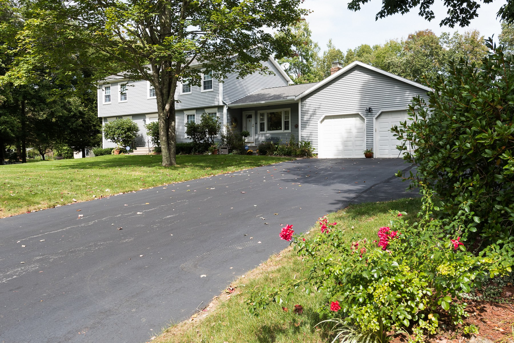 独户住宅 为 销售 在 Lovely Colonial 9 Cardinal Road East Lyme, 康涅狄格州 06333 美国