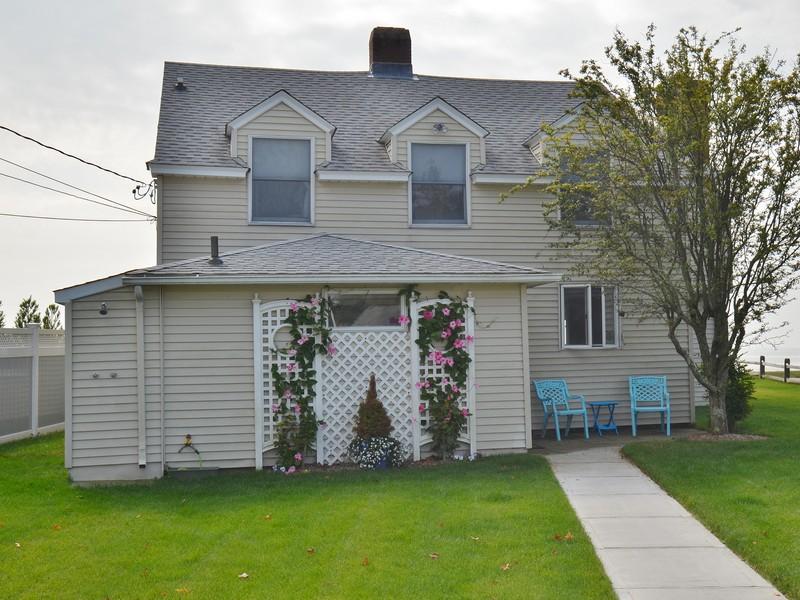 Nhà ở một gia đình vì Bán tại Direct Waterfront Home 21-10 Groveway Clinton, Connecticut 06413 Hoa Kỳ