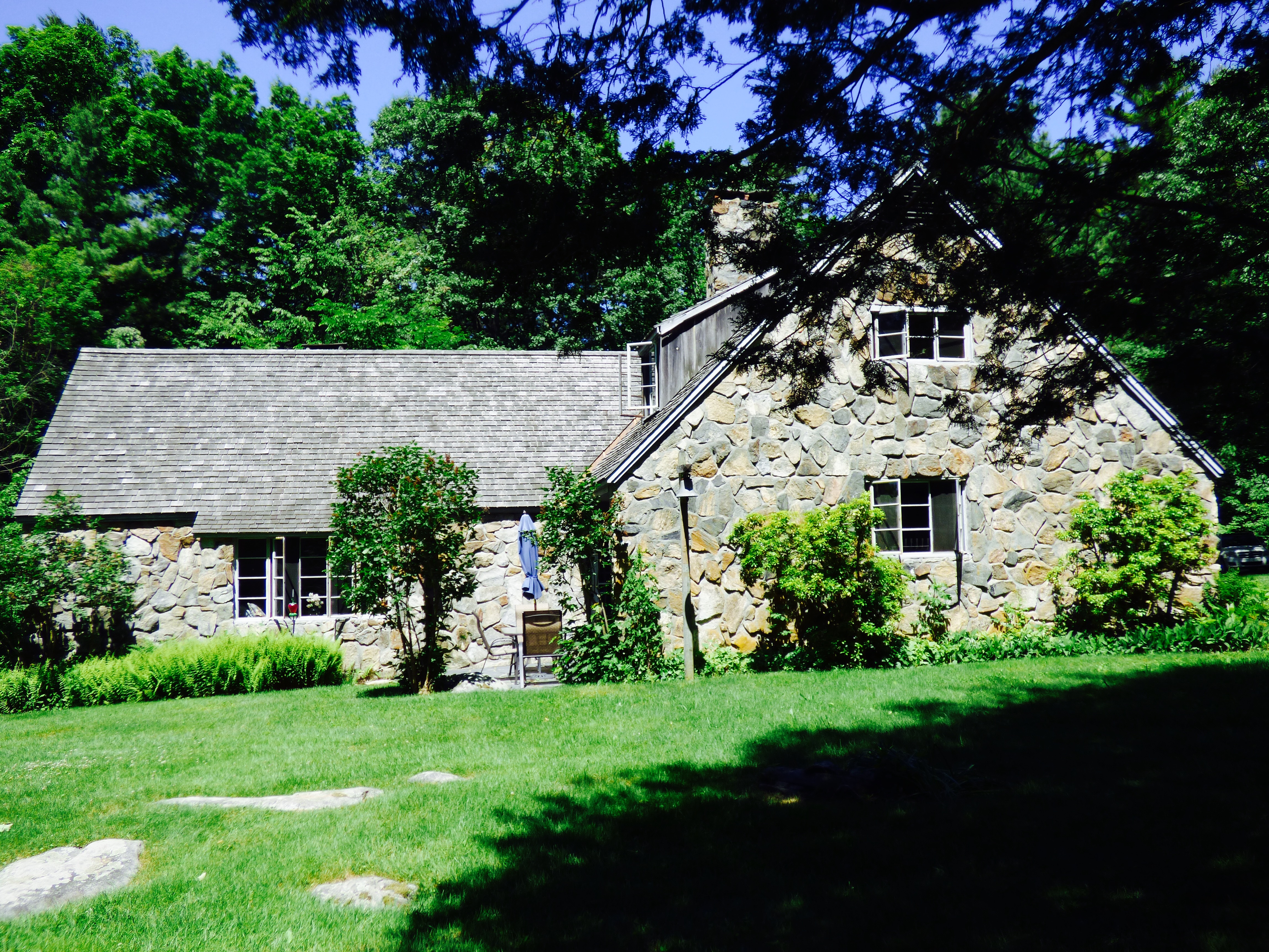 Casa Unifamiliar por un Venta en Storybook Stone Cottage on 19 Acres 24 Town Street South Cornwall, Connecticut, 06753 Estados Unidos