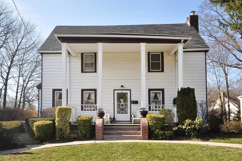 Einfamilienhaus für Verkauf beim A Colonial Revival! 71 Rockland Place New Rochelle, New York, 10801 Vereinigte Staaten