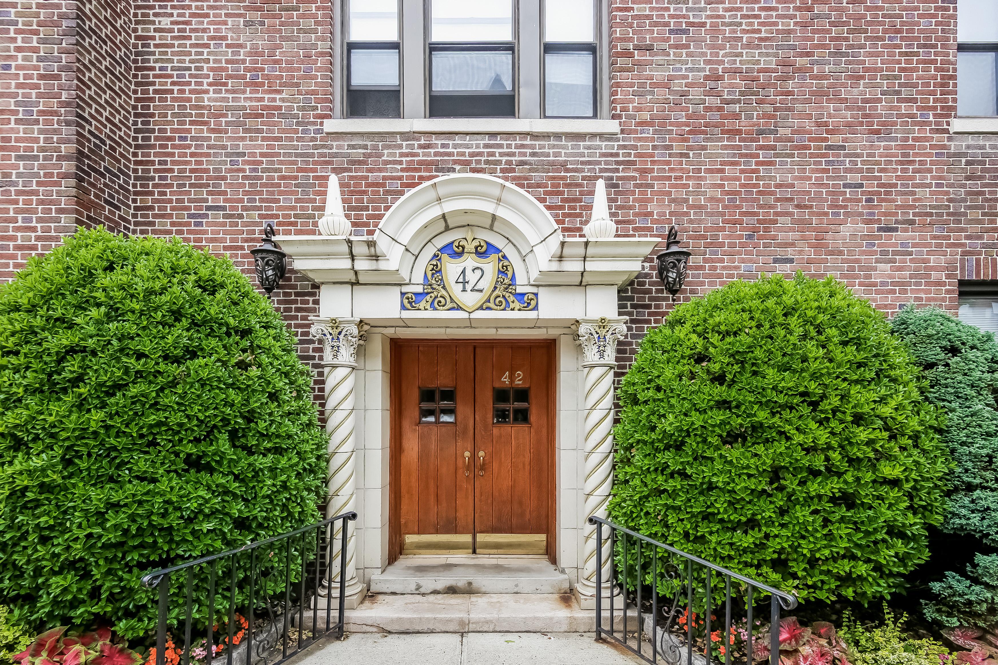 Cooperativa por un Venta en Spacious Two Bedroom 42 West Pondfield Road 5C Bronxville, Nueva York 10708 Estados Unidos