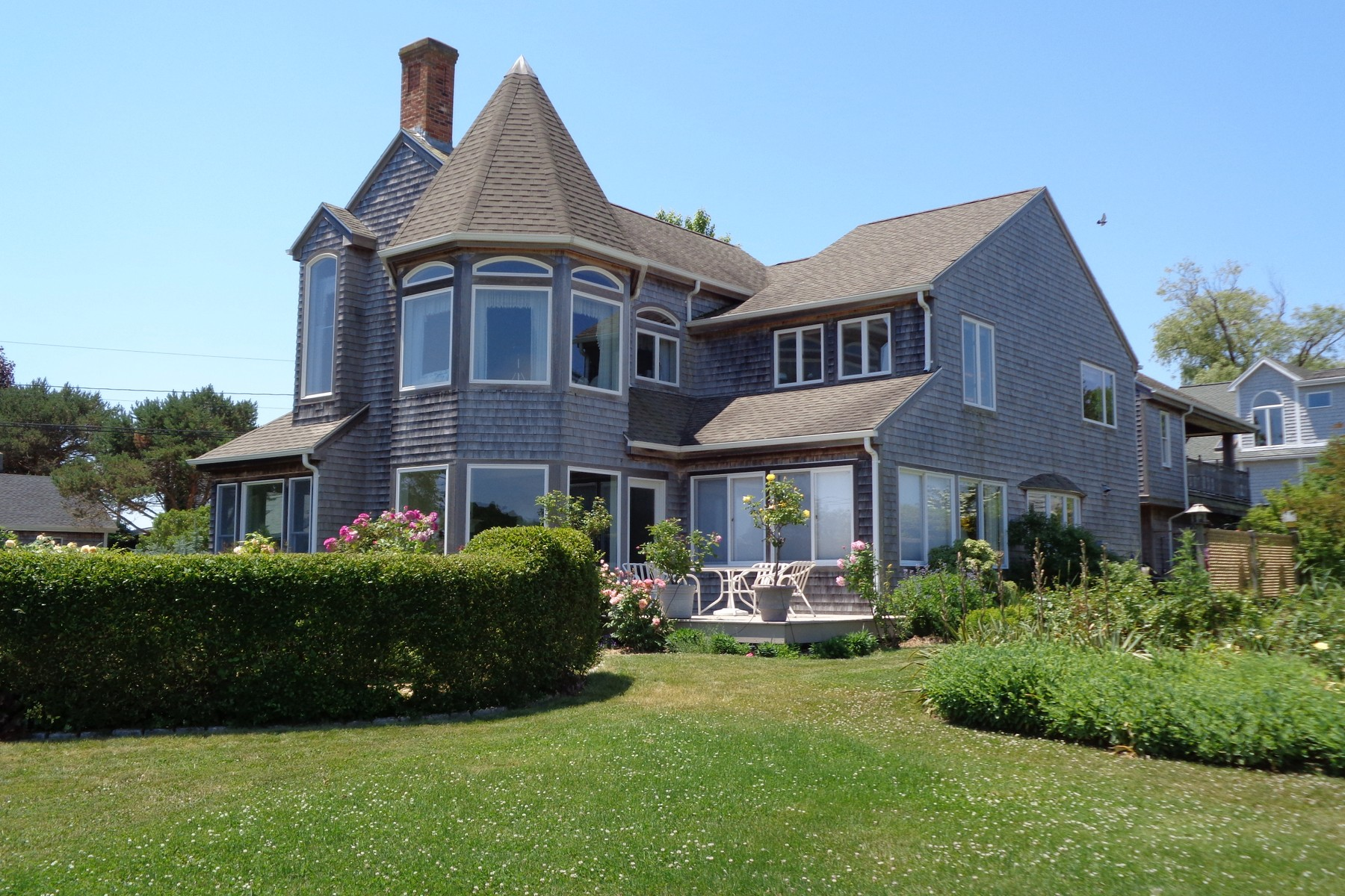 Casa Unifamiliar por un Venta en Gorgeous Water And Marsh Views 4 Island Ave Groton, Connecticut, 06340 Estados Unidos