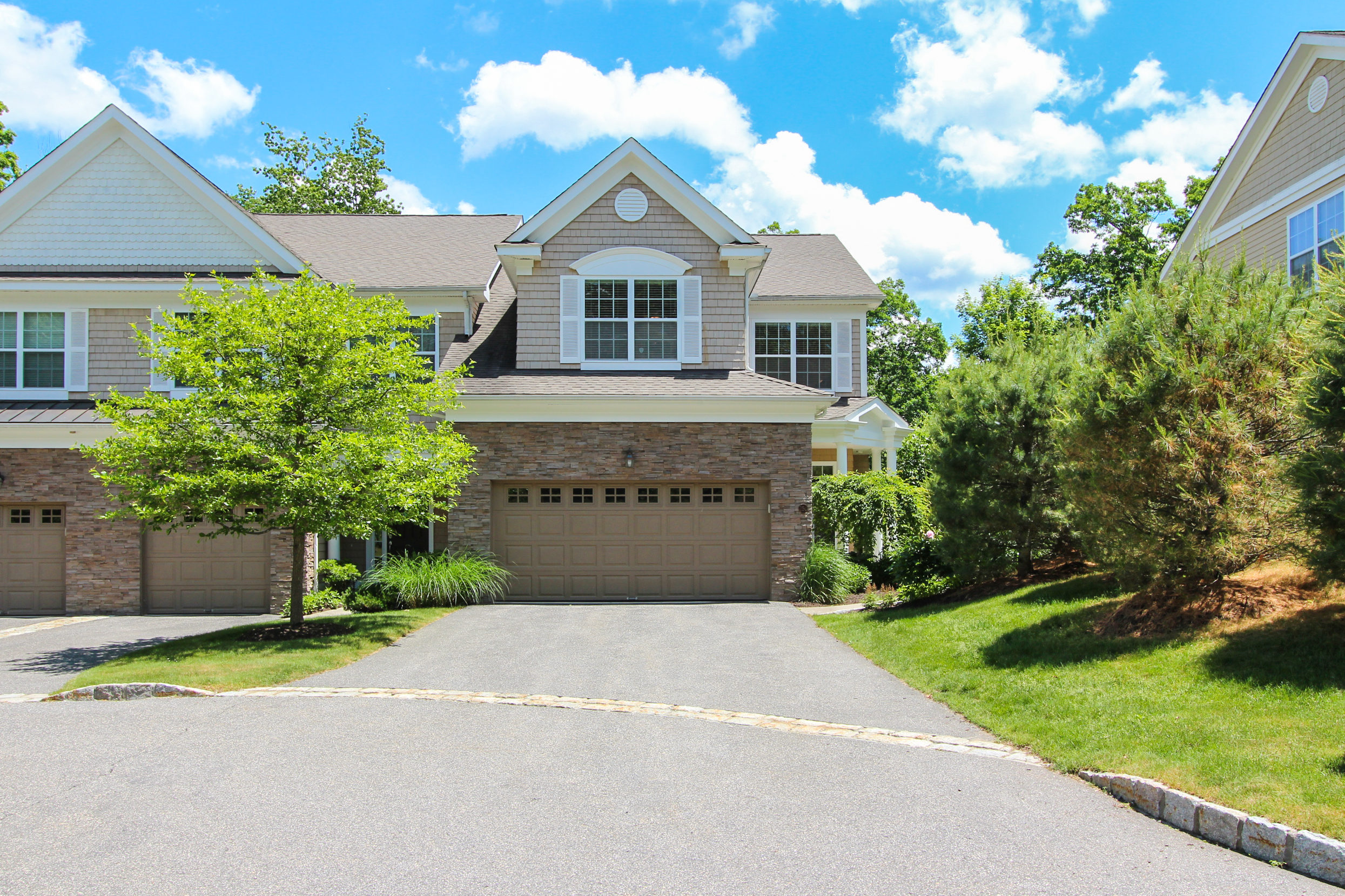 独户住宅 为 销售 在 Meticulously Designed Townhouse on 77 Acres 250 Hunter 250 利奇菲尔德, 康涅狄格州, 06759 美国