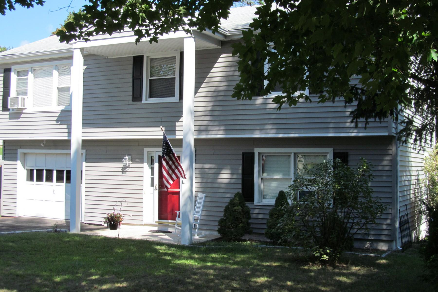 단독 가정 주택 용 매매 에 Sun-drenched, Spacious, Move-in Ready Home in Convenient East Norwalk Location 6 Armstrong Court Norwalk, 코네티컷 06851 미국