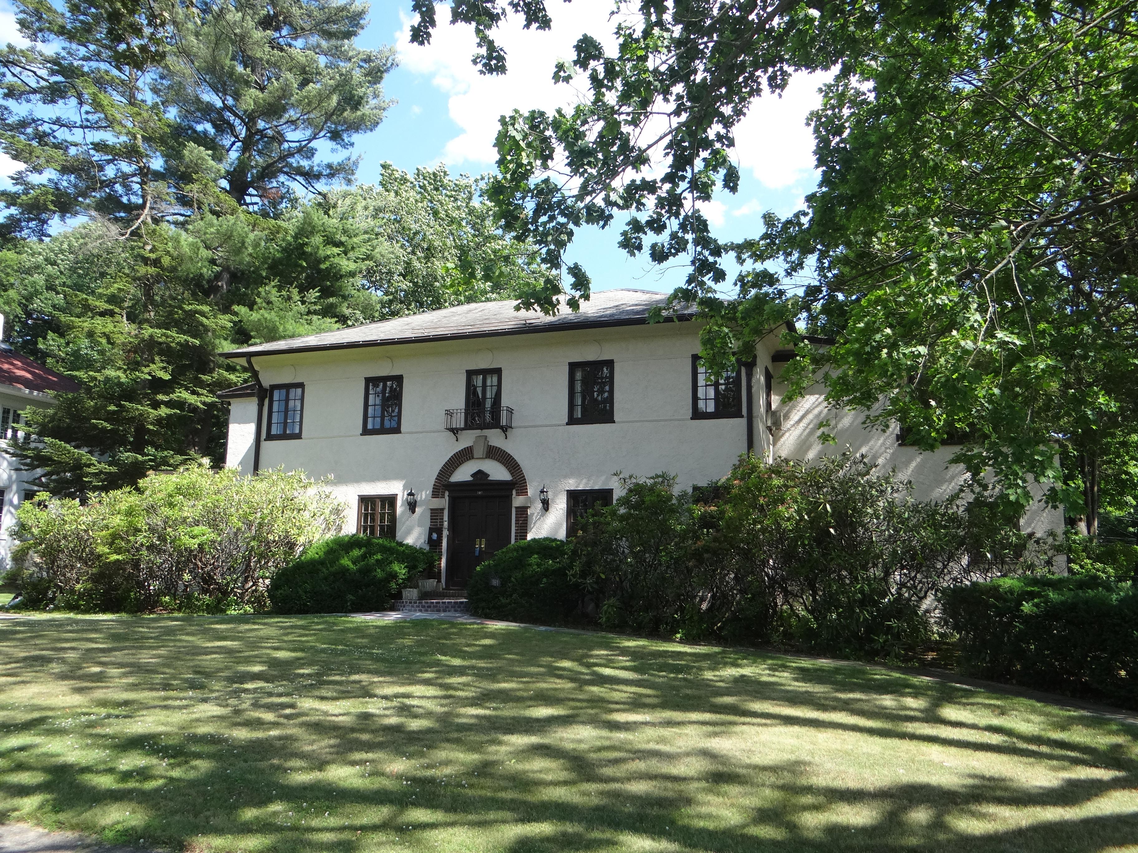 独户住宅 为 销售 在 Mediterranean Charm With Pool 161 Forest Avenue 新罗谢尔, 纽约州 10804 美国