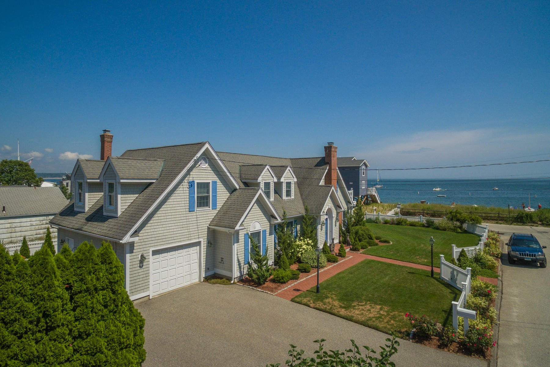 Casa Unifamiliar por un Venta en Indirect Waterfont - Classic Contempoary Cape 1 South Dr East Lyme, Connecticut, 06357 Estados Unidos