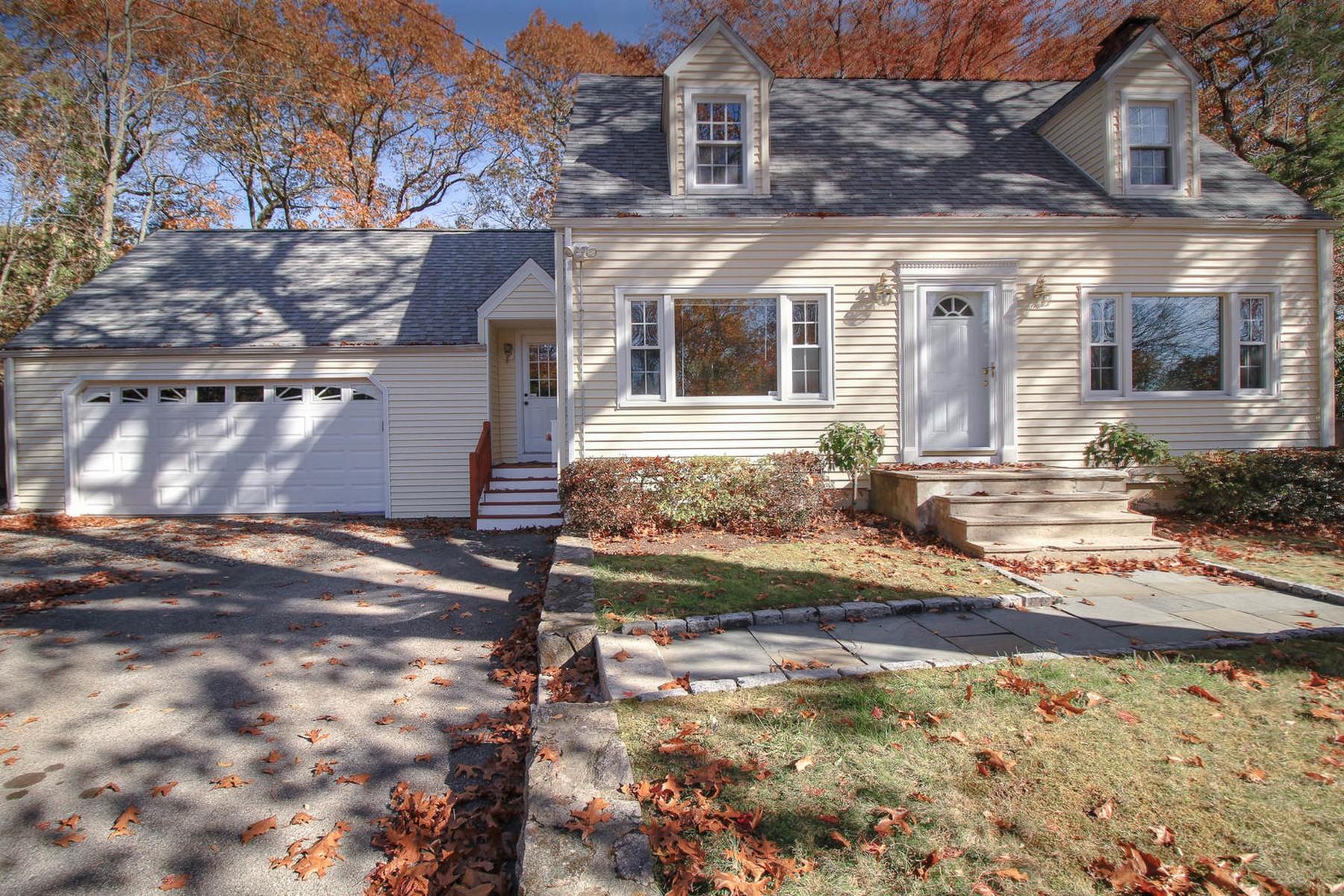 独户住宅 为 销售 在 Privacy Meets Convenience! 52 Glen Avenue 诺瓦克, 康涅狄格州, 06850 美国