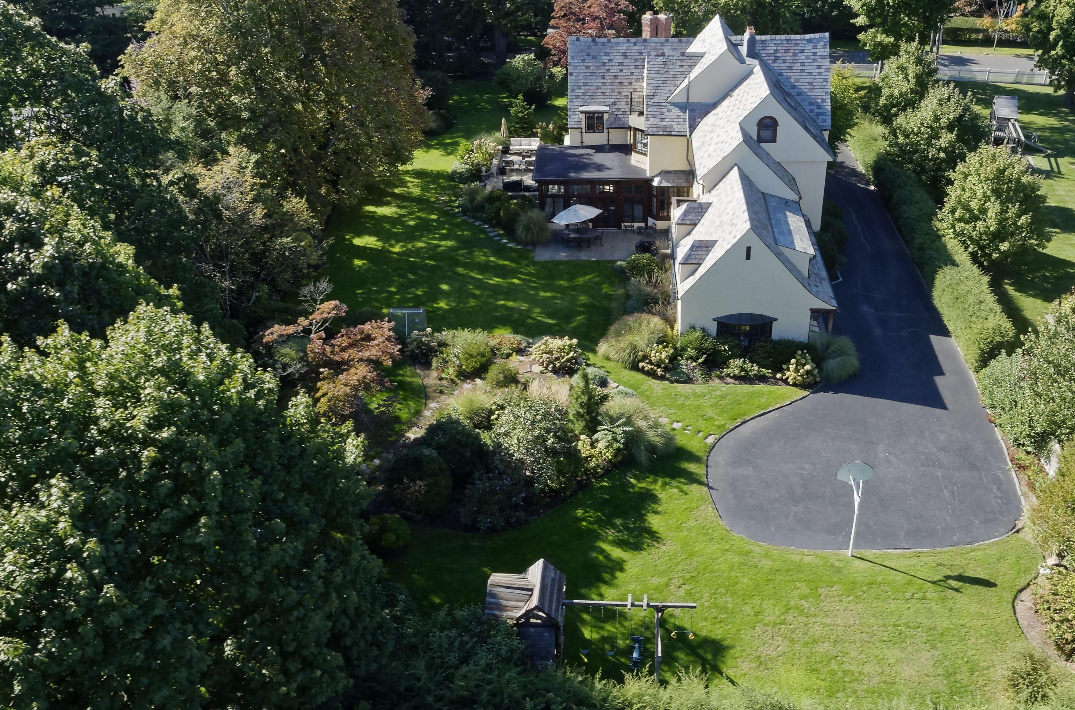 Casa Unifamiliar por un Venta en Stately Stone and Stucco home 96 Evergreen Avenue Rye, Nueva York 10580 Estados Unidos