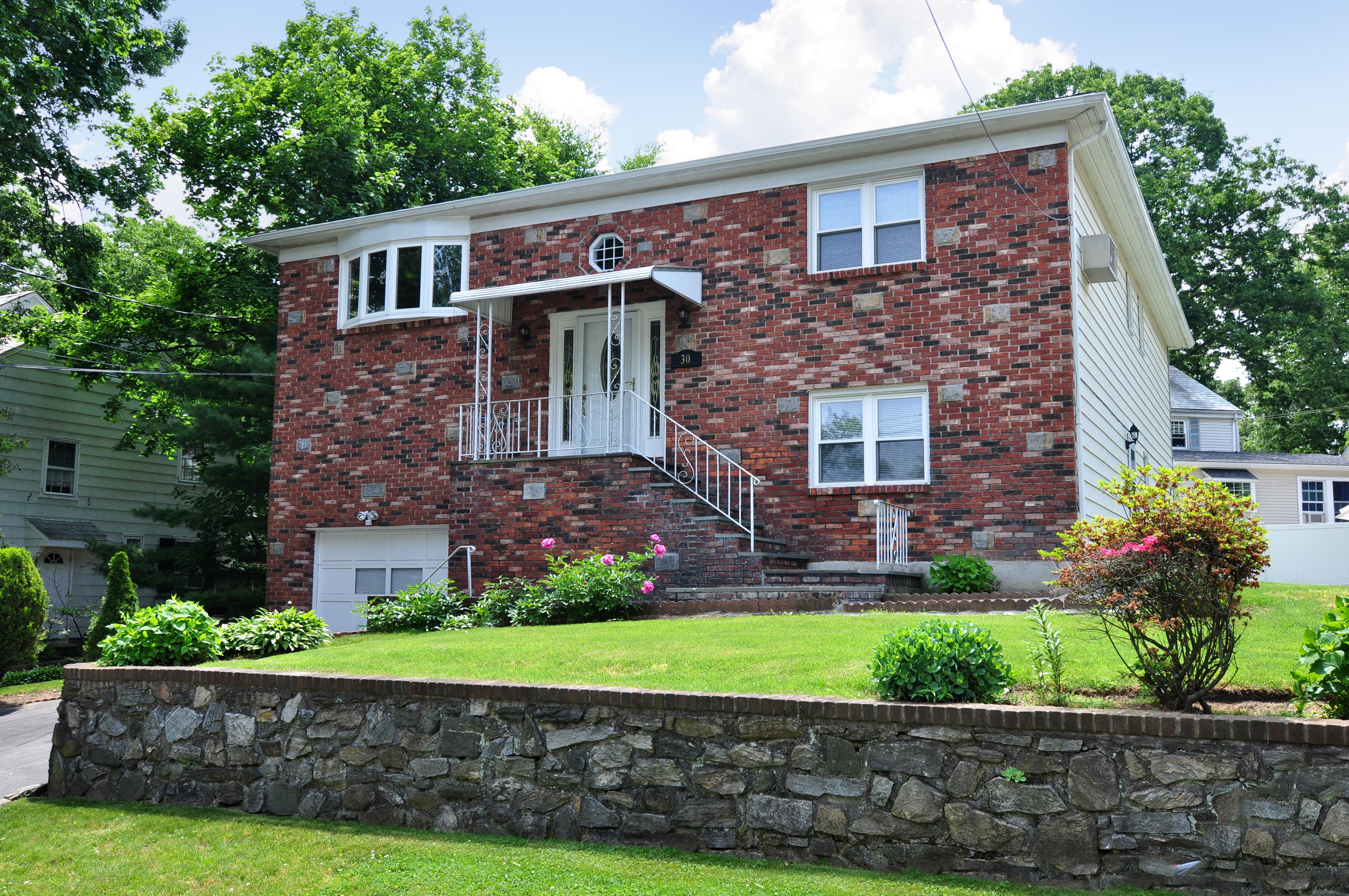 Einfamilienhaus für Verkauf beim Meticulous Bryn Mawr Home 30 Cecil Crest Road Yonkers, New York, 10701 Vereinigte Staaten