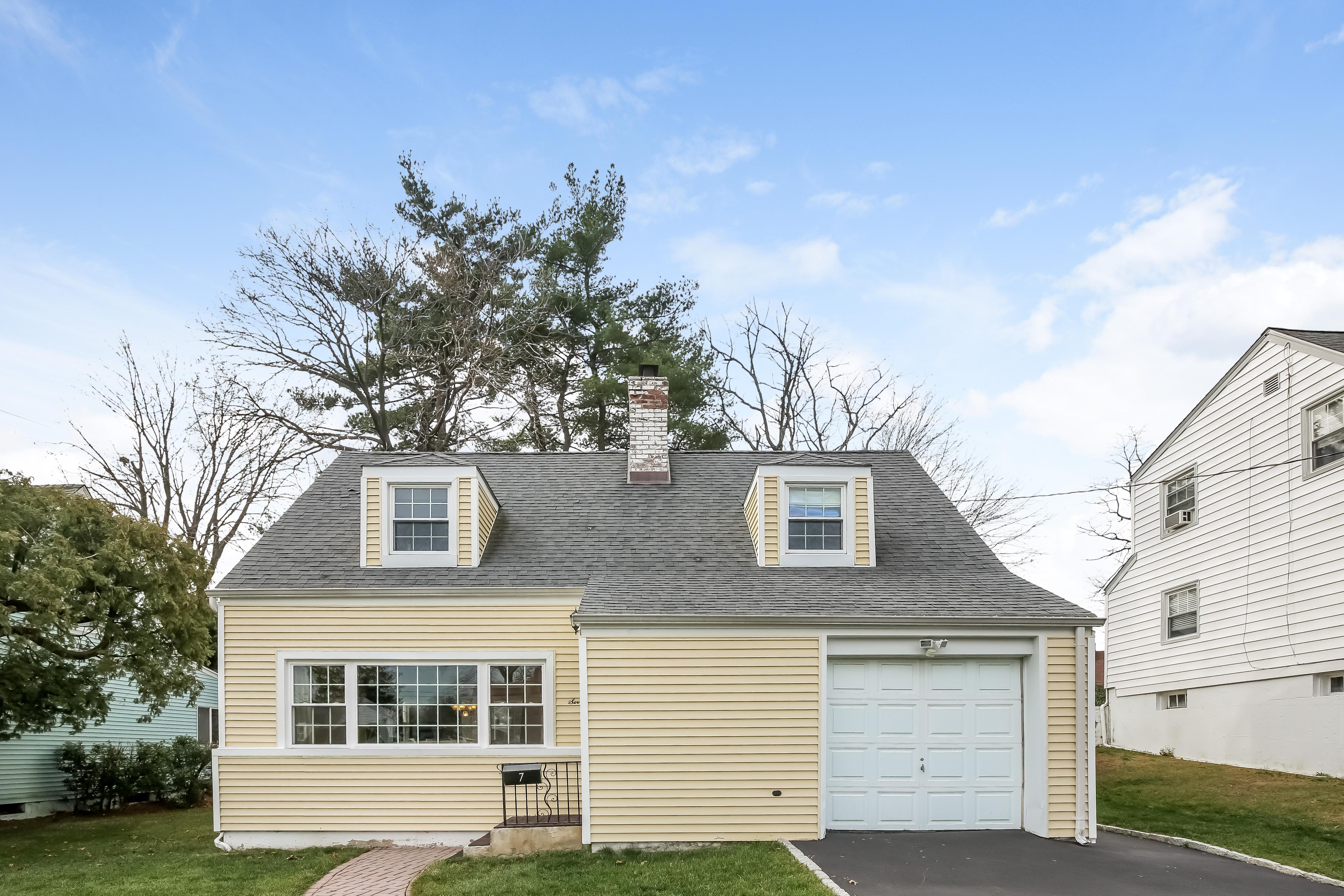 Einfamilienhaus für Verkauf beim Eastchester Cape Cod Home 7 Knox Road Eastchester, New York, 10709 Vereinigte Staaten