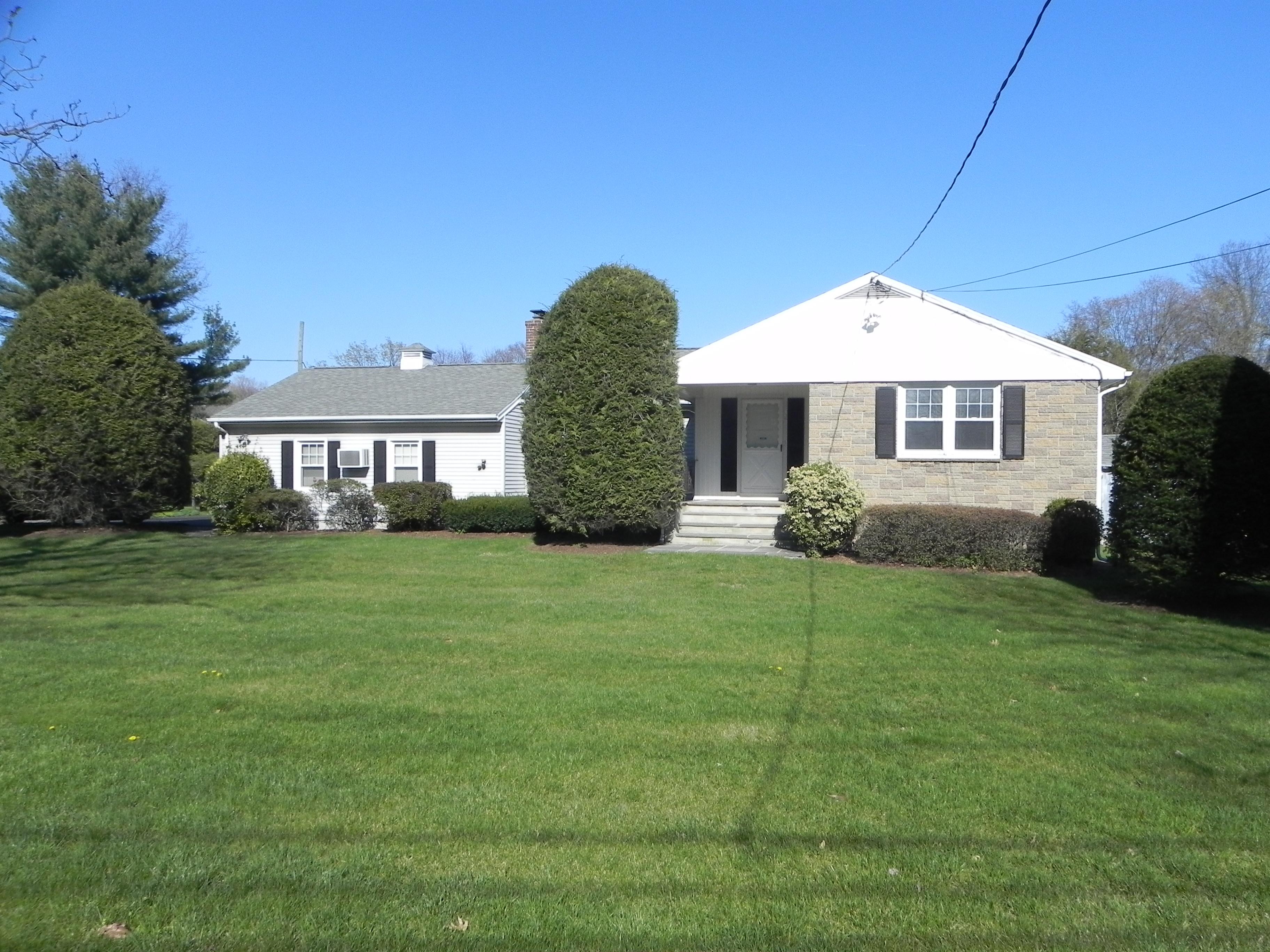 Nhà ở một gia đình vì Bán tại Well Maintained Ranch 112 Strawberry Hill Avenue Norwalk, Connecticut, 06851 Hoa Kỳ