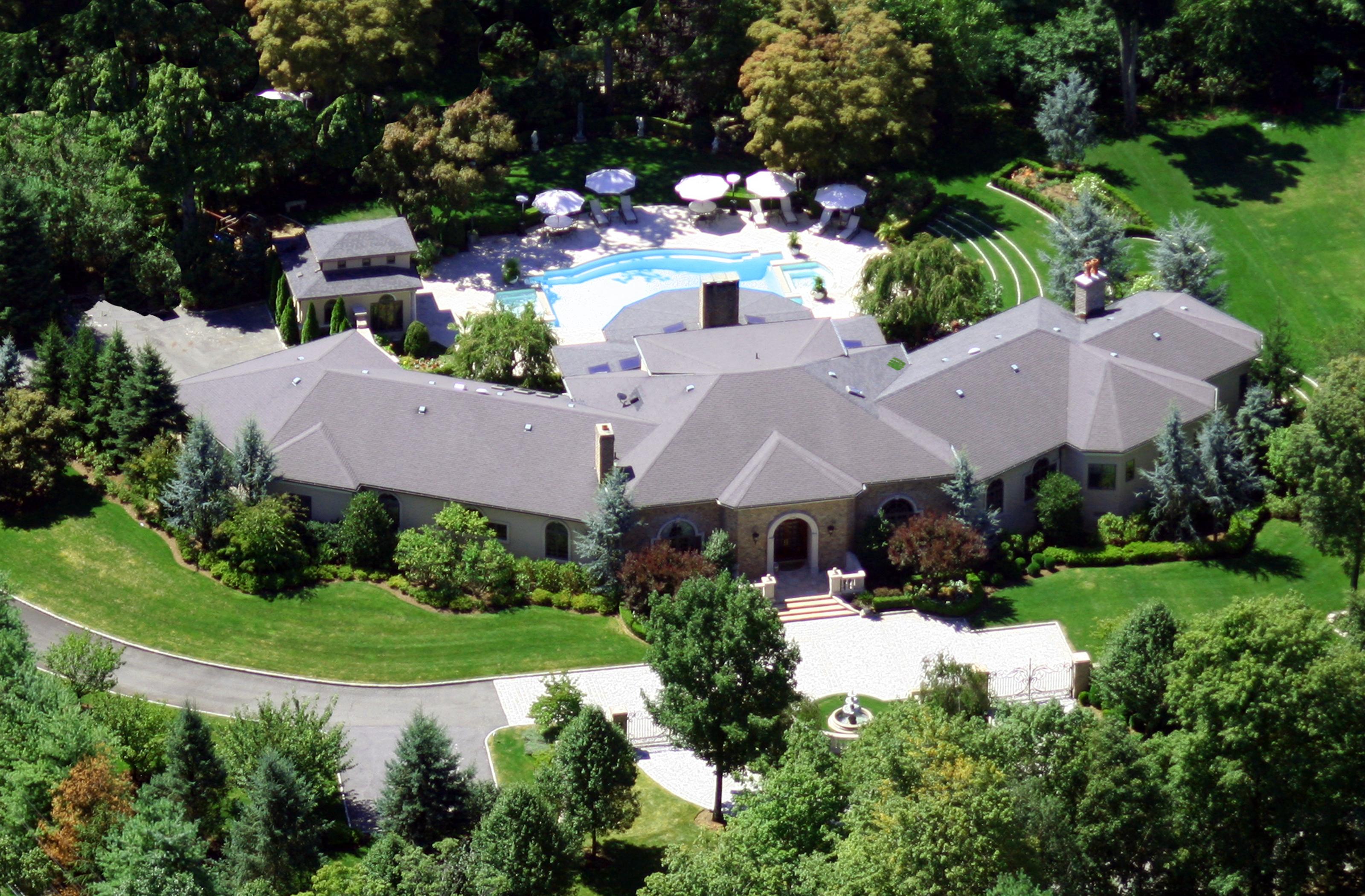 Tek Ailelik Ev için Satış at 5 Windsor Court Purchase, New York, 10577 Amerika Birleşik Devletleri