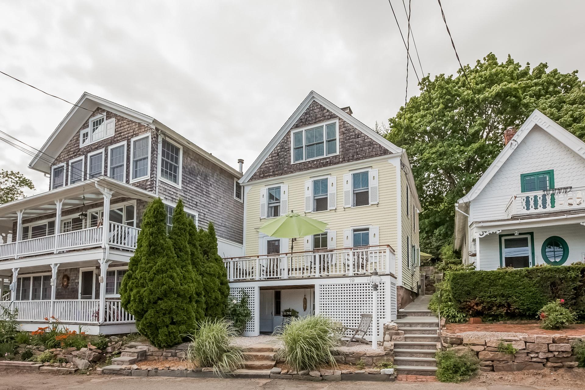 Maison unifamiliale pour l Vente à 19 Halls Point Rd Branford, Connecticut, 06405 États-Unis