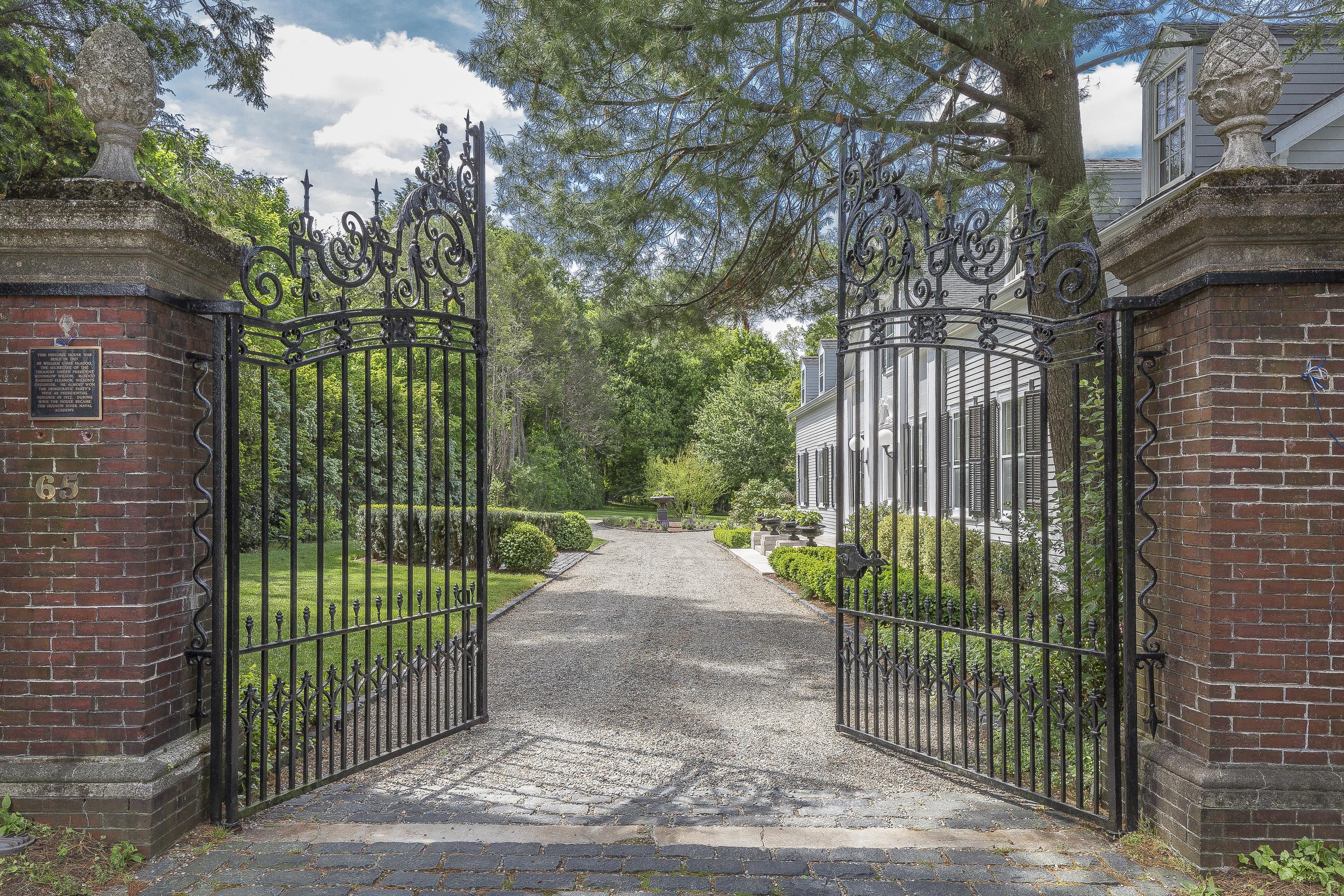 Casa para uma família para Venda às Pre-War English Manor 65 West Clinton Avenue Irvington, Nova York 10533 Estados Unidos