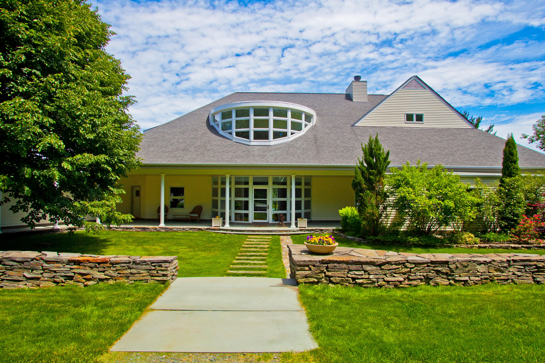 Maison unifamiliale pour l Vente à Stunning Contemporary with Mountain Views on 15 Private Acres, Ideal Location 5 Seekonk Cross Rd Great Barrington, Massachusetts 01230 États-Unis