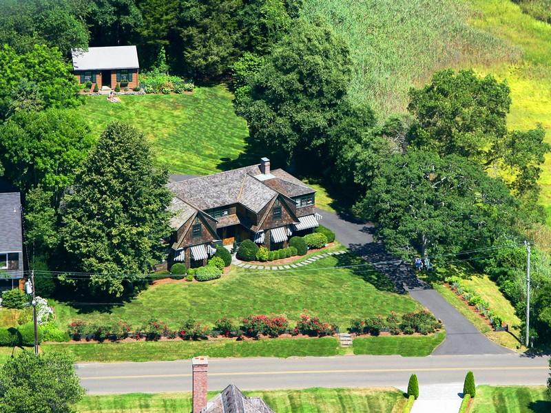 Maison unifamiliale pour l Vente à Middle Beach Rd West 26 Middle Beach Rd West Madison, Connecticut 06443 États-Unis