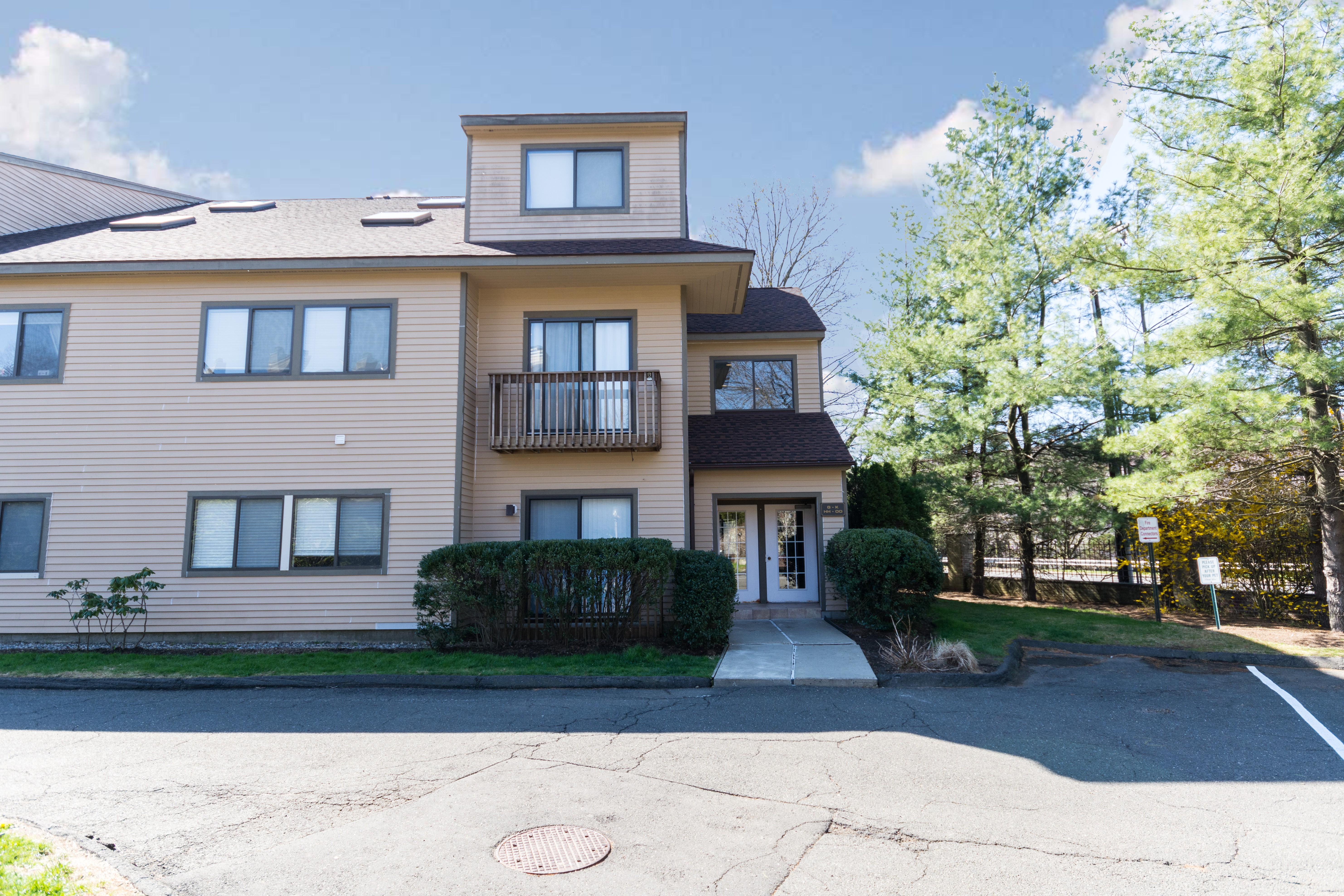 Townhouse for Sale at Chesterfield Townhouse 2435 Bedford Street 21I Stamford, Connecticut, 06905 United States