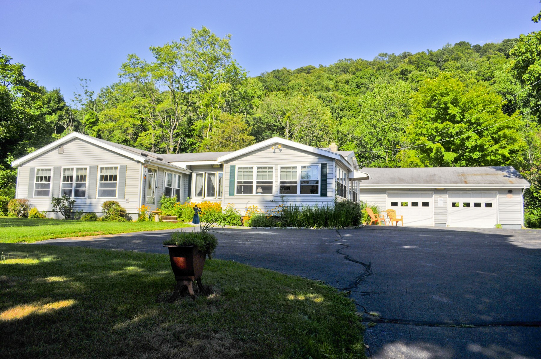 Single Family Home for Sale at 245 Forest Rd North Branford, Connecticut, 06472 United States