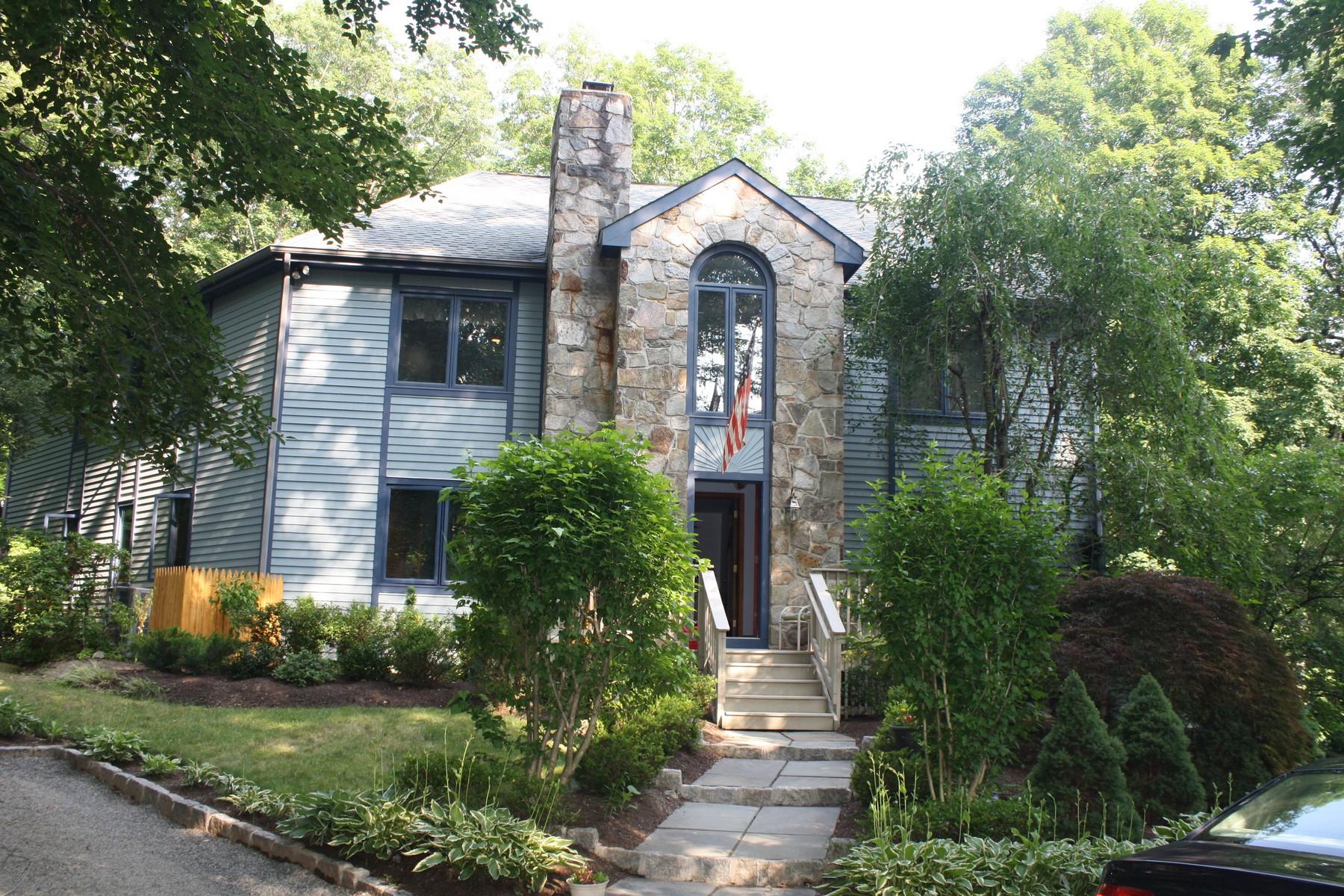独户住宅 为 销售 在 Move Into Your Own Private Retreat - Custom Built West Norwalk Home 18 Red Oak Lane Norwalk, 康涅狄格州 06850 美国