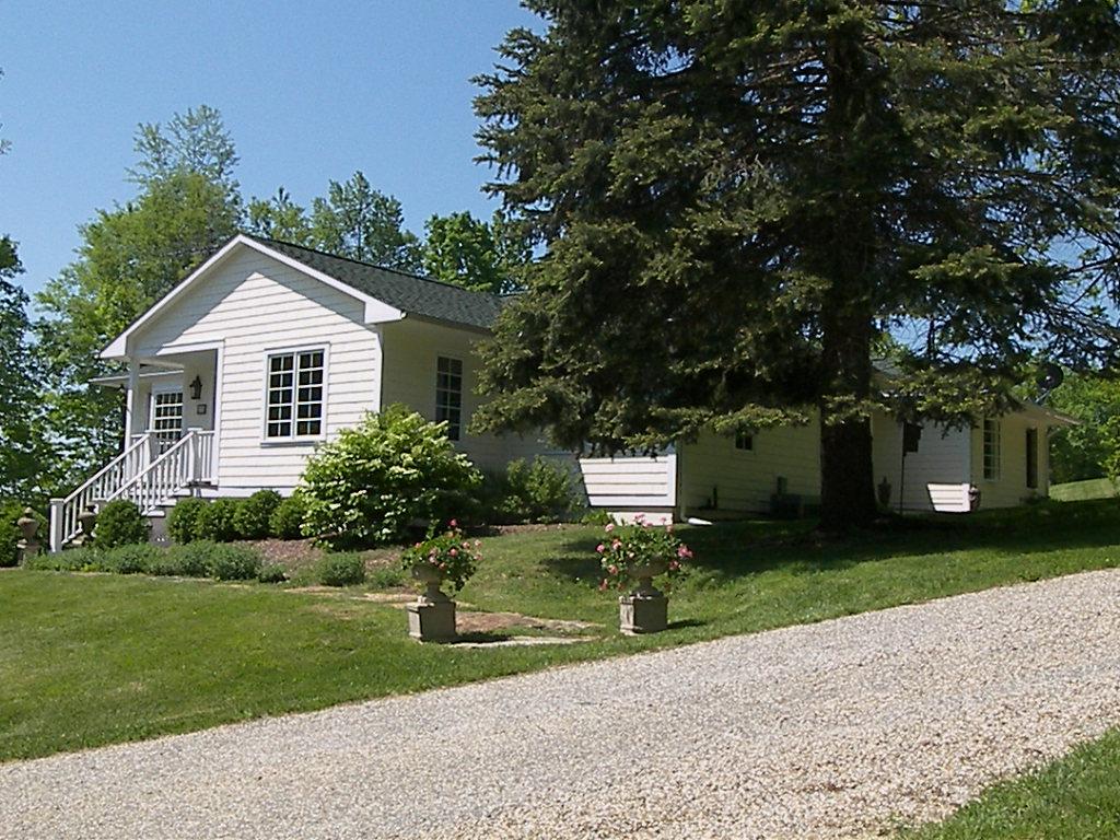 Casa Unifamiliar por un Venta en CHIC COUNTRY COTTAGE 175 East Street Sharon, Connecticut 06069 Estados Unidos