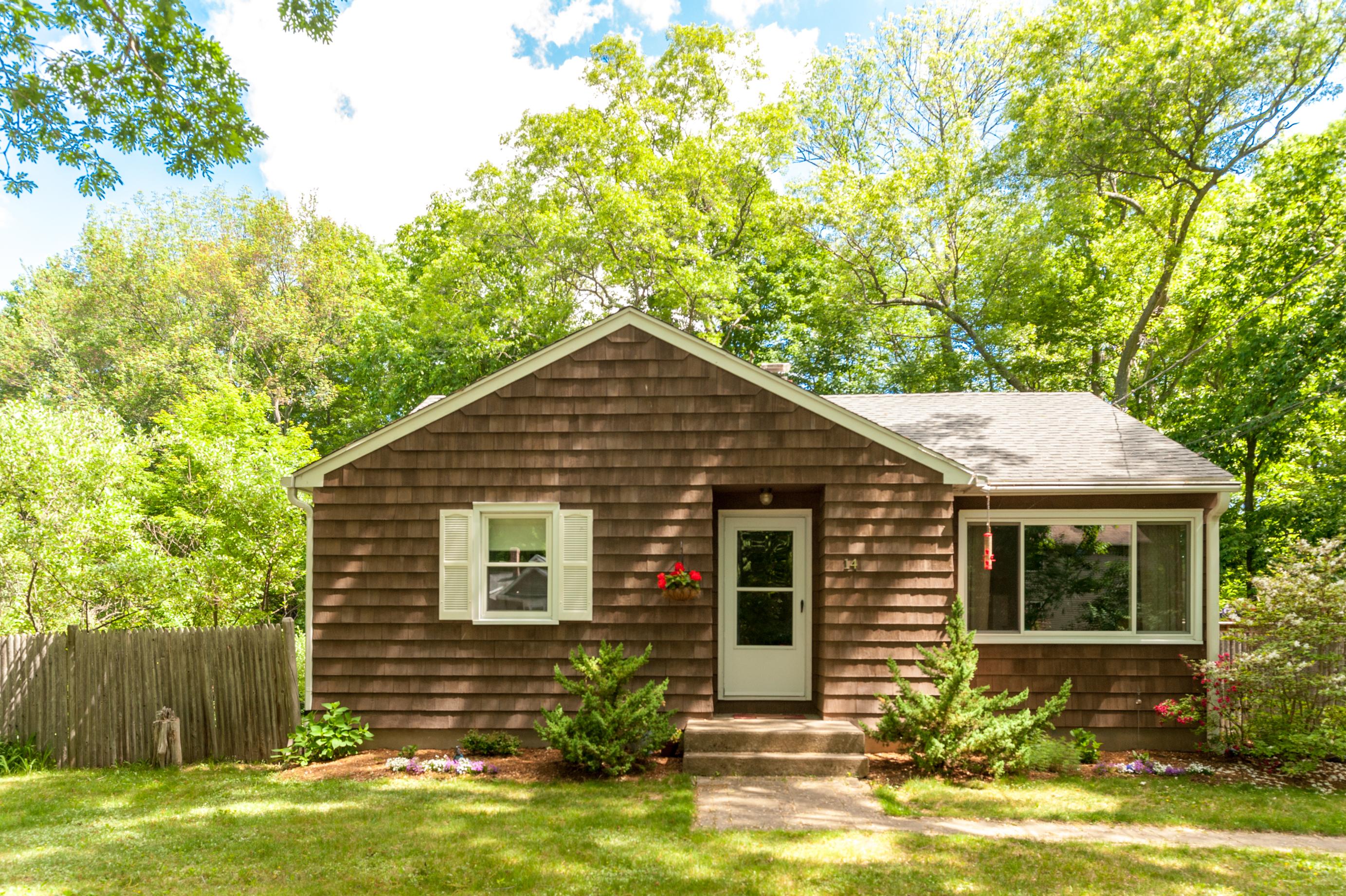 Nhà ở một gia đình vì Bán tại Turn Key Condition 14 Long Crossing Road East Hampton, Connecticut 06424 Hoa Kỳ