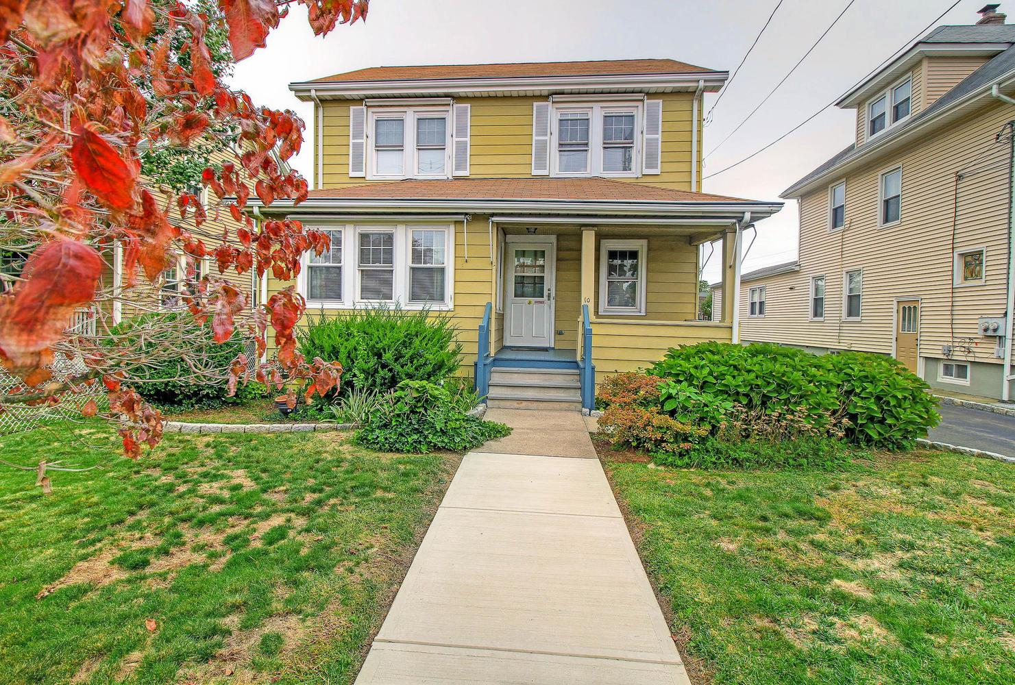Maison unifamiliale pour l Vente à Lovingly Cared For Home in Convenient East Norwalk Location 10 Edlie Avenue Norwalk, Connecticut, 06855 États-Unis