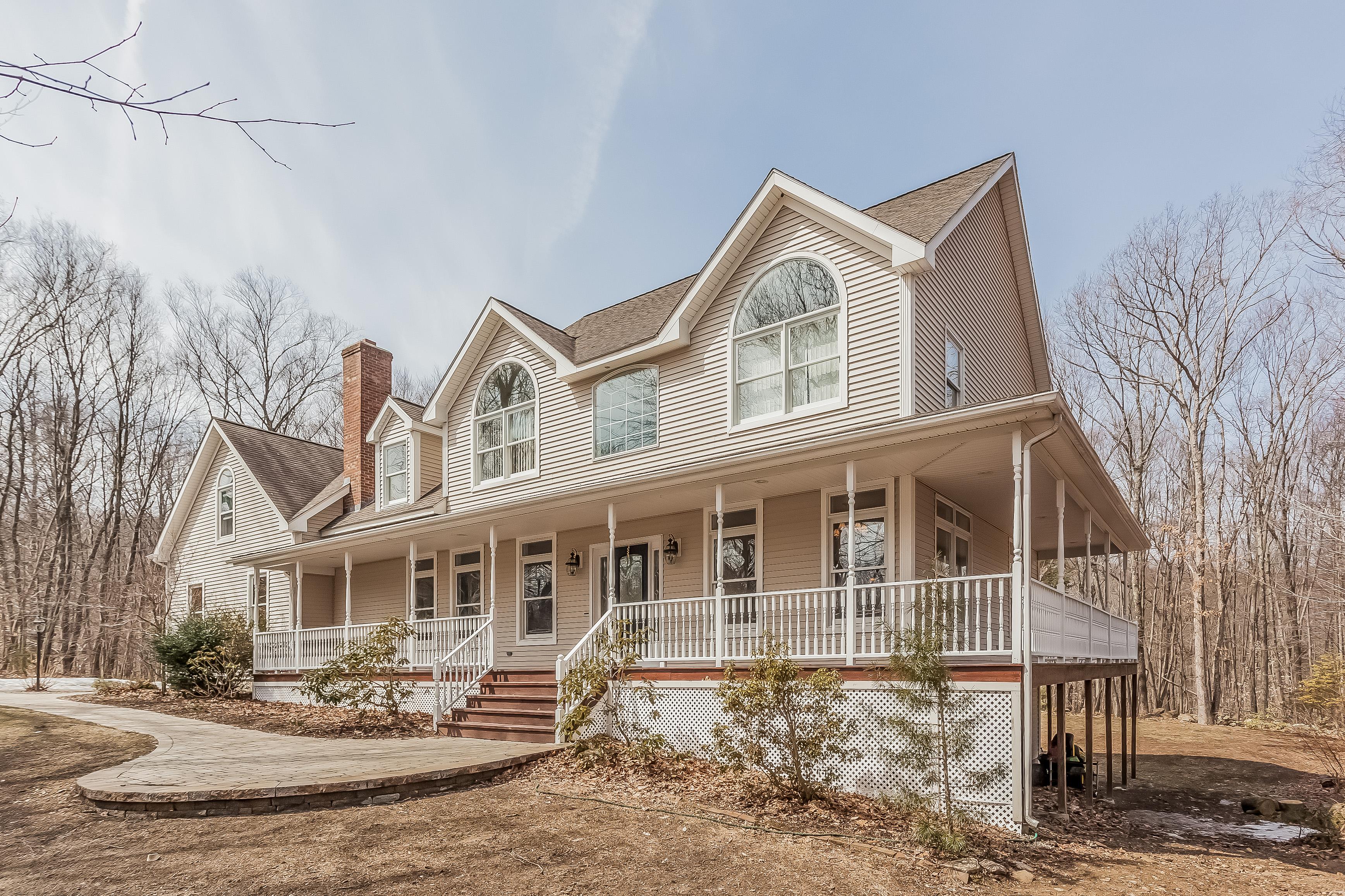 Casa Unifamiliar por un Venta en Beautiful Colonial with Wrap Around Porch 65 Emily Road Marlborough, Connecticut 06447 Estados Unidos