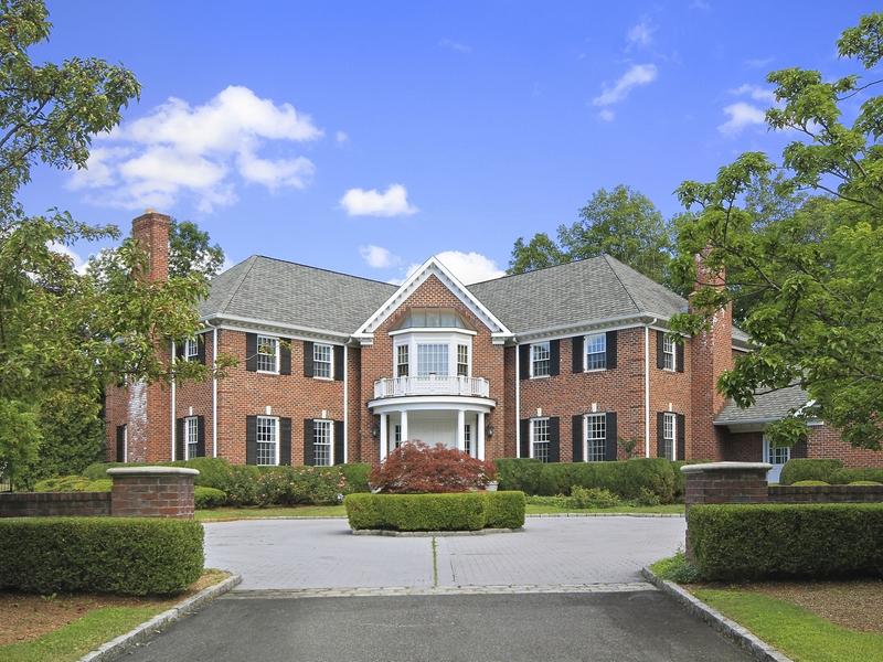 Casa para uma família para Venda às Magnificent Brick Colonial 2 Laurelwood Court Rye, Nova York 10580 Estados Unidos