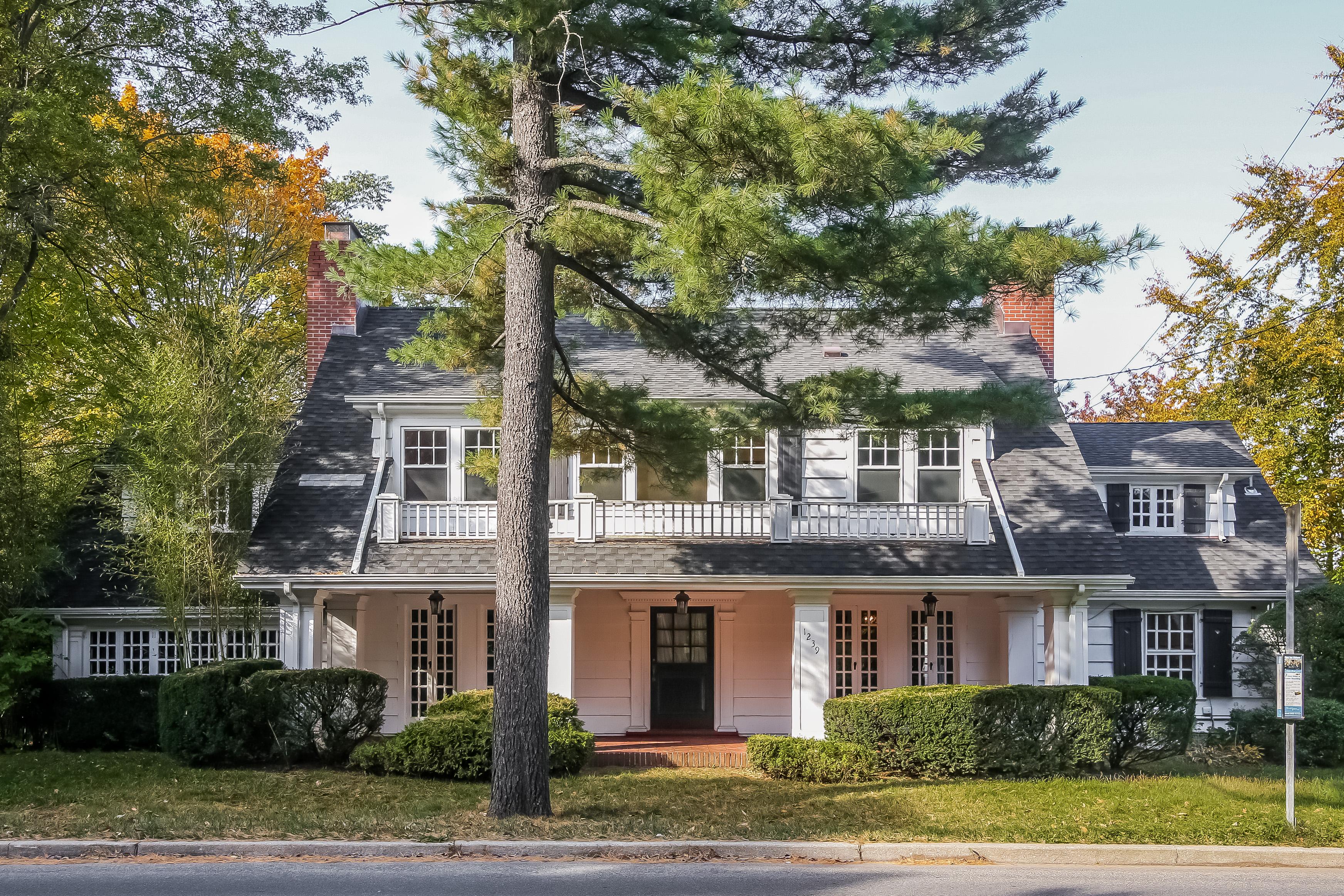 Einfamilienhaus für Verkauf beim Classic Colonial Farmhouse 1239 Weaver Street New Rochelle, New York, 10804 Vereinigte Staaten