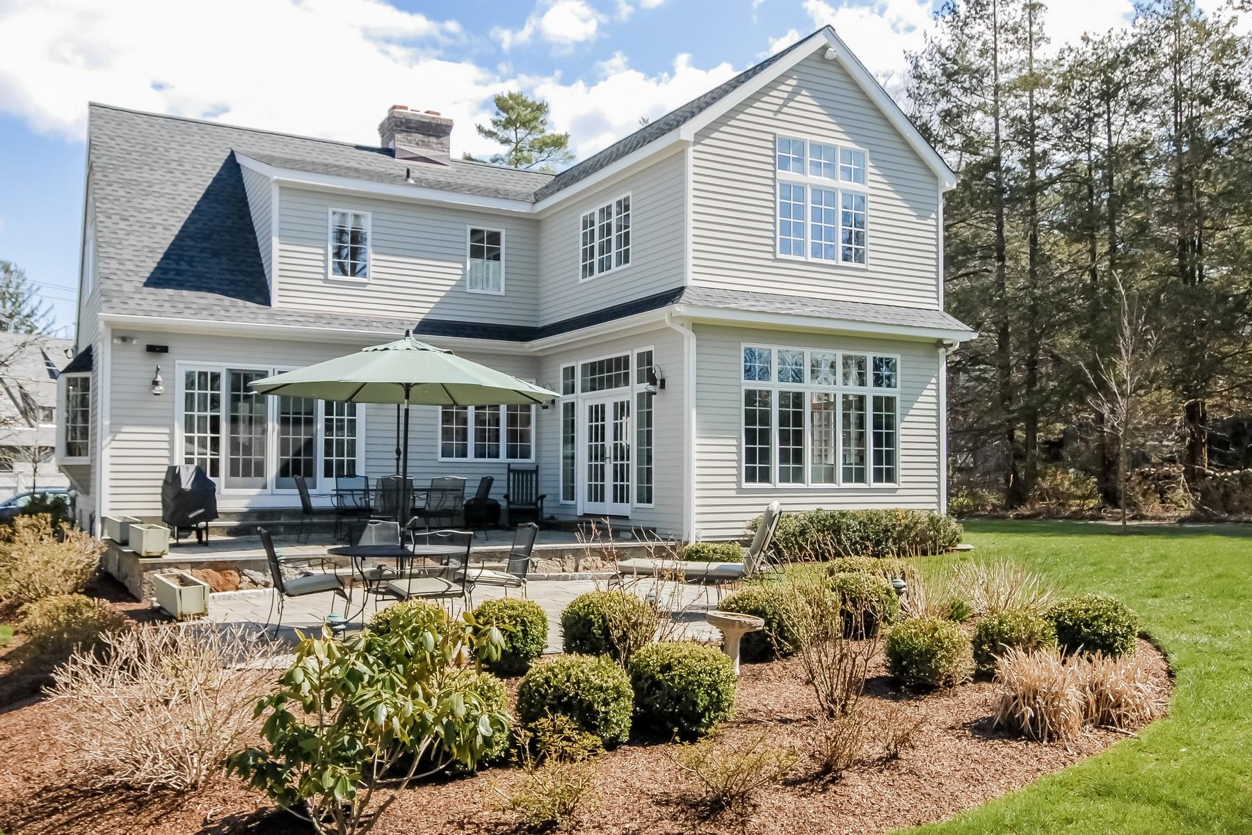 단독 가정 주택 용 매매 에 Impeccably Remodeled Cape 9 Ivy Hill Road Ridgefield, 코네티컷, 06877 미국