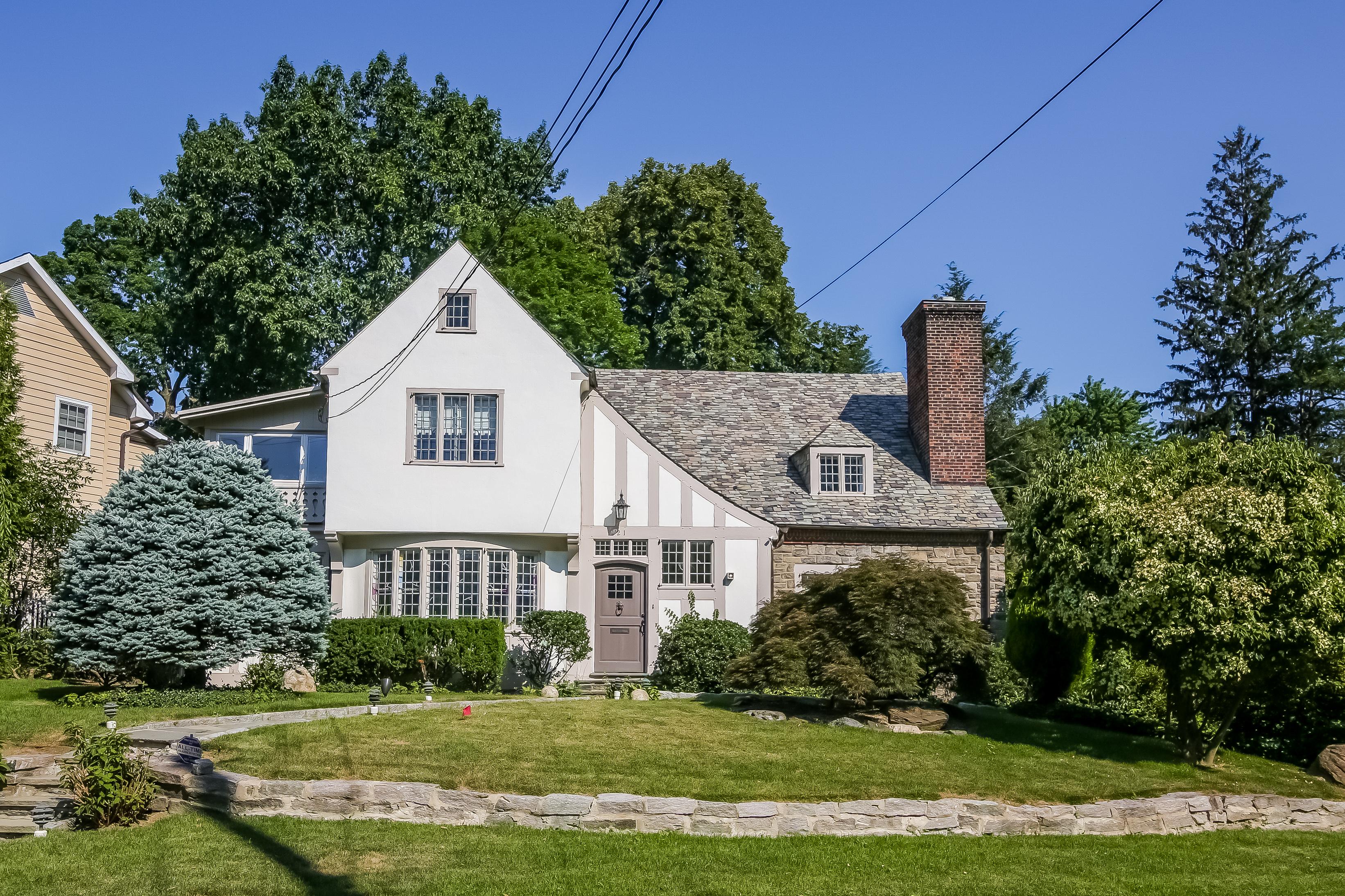 Einfamilienhaus für Verkauf beim English Tudor Home in Bronxville 21 Dusenberry Road Bronxville, New York, 10708 Vereinigte Staaten