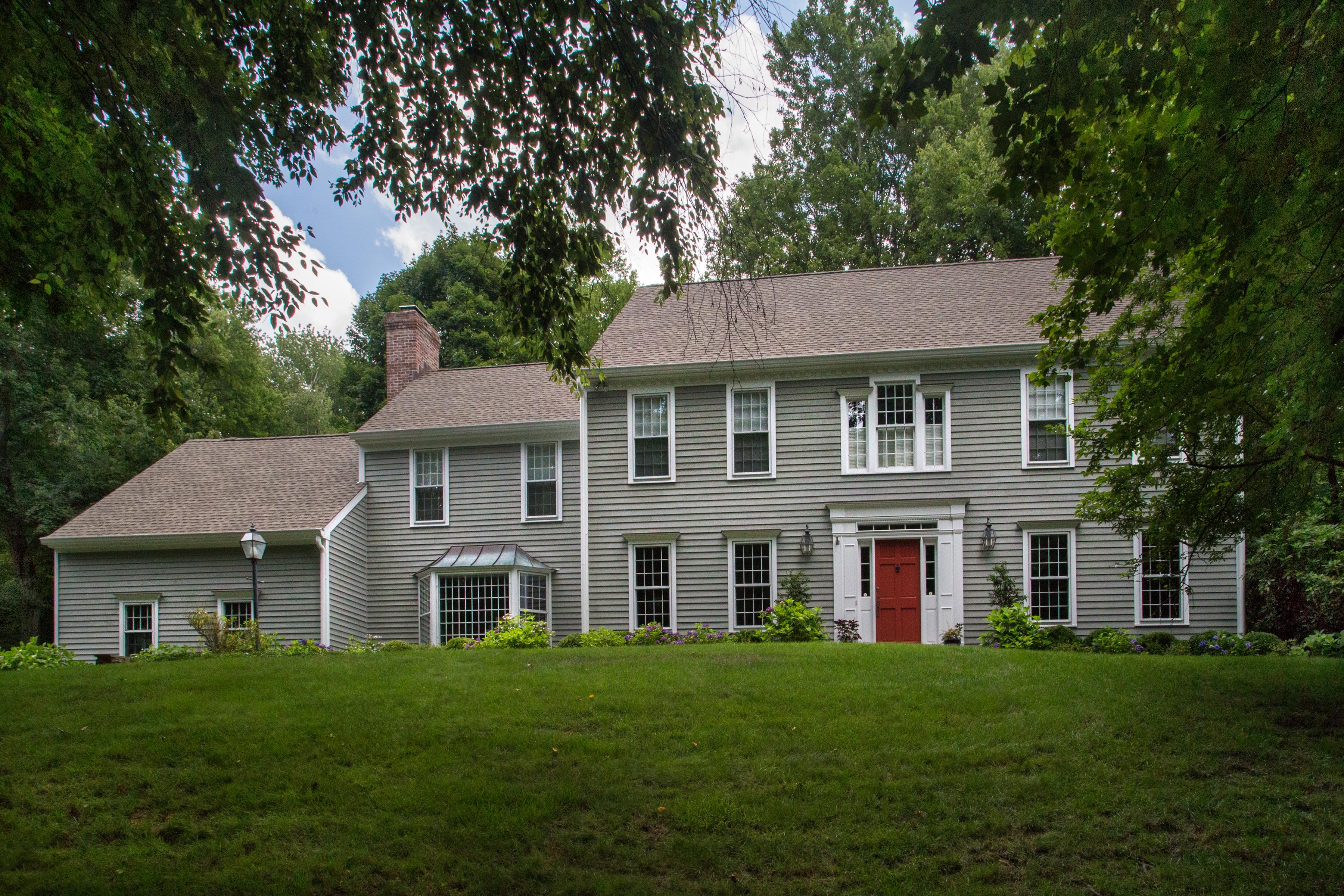 Casa para uma família para Venda às Classic Center Hall Colonial 2 Diamond Hill Ln Westport, Connecticut 06880 Estados Unidos